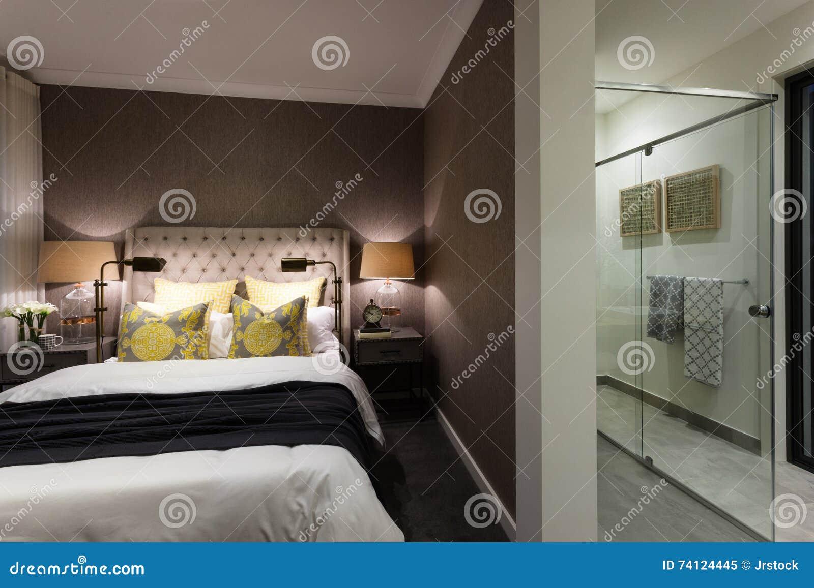 Bagno In Camera Con Vetrata : Camera da letto moderna di un hotel allegato ad un bagno immagine