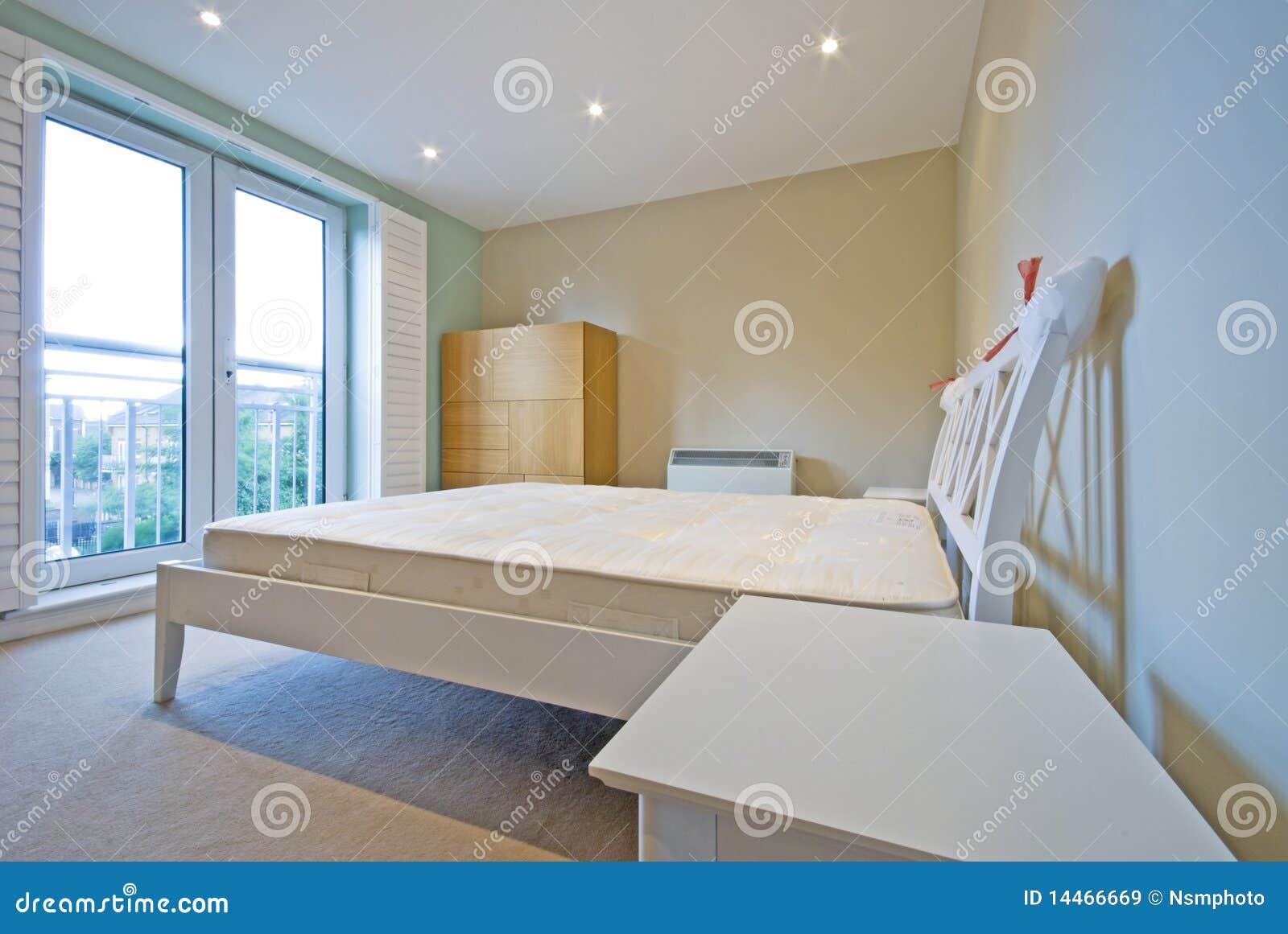 Camera da letto moderna nel bianco con mobilia semplice immagine stock immagine di shrink - Pavimento camera da letto ...