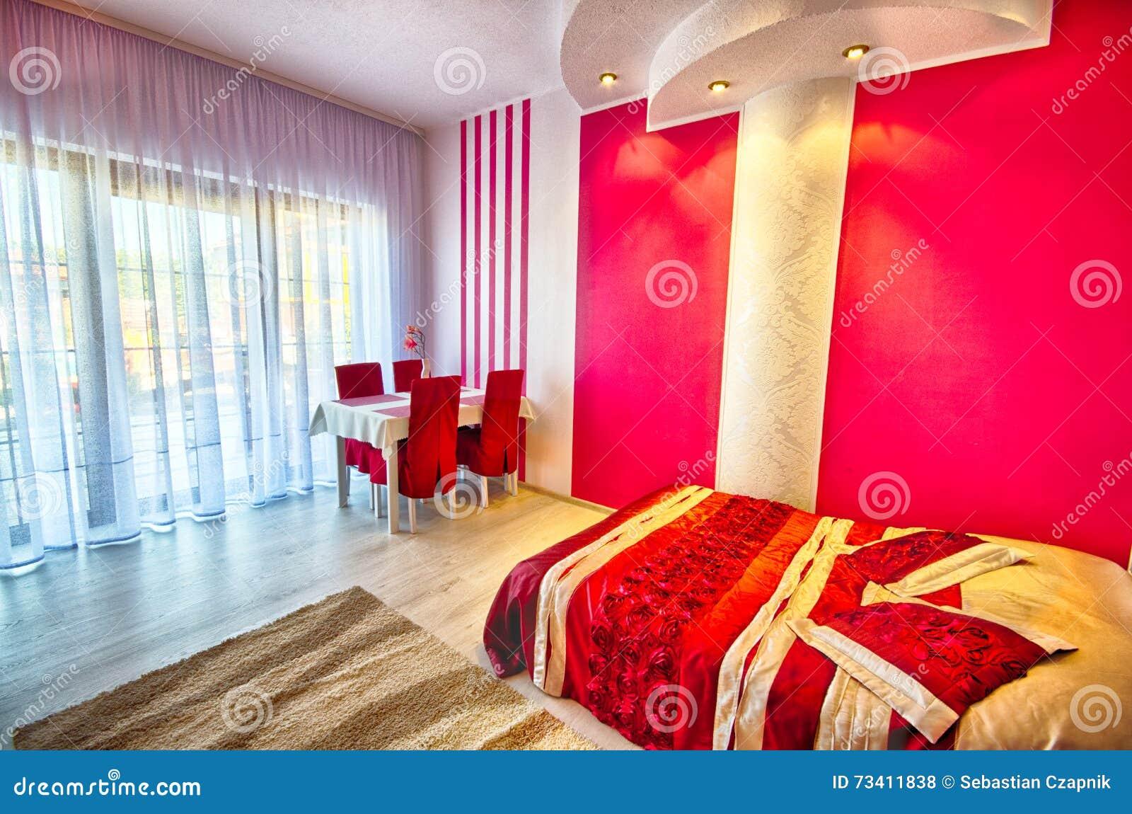 Camera da letto moderna rossa e bianca fotografia stock - Camera da letto bianca ...