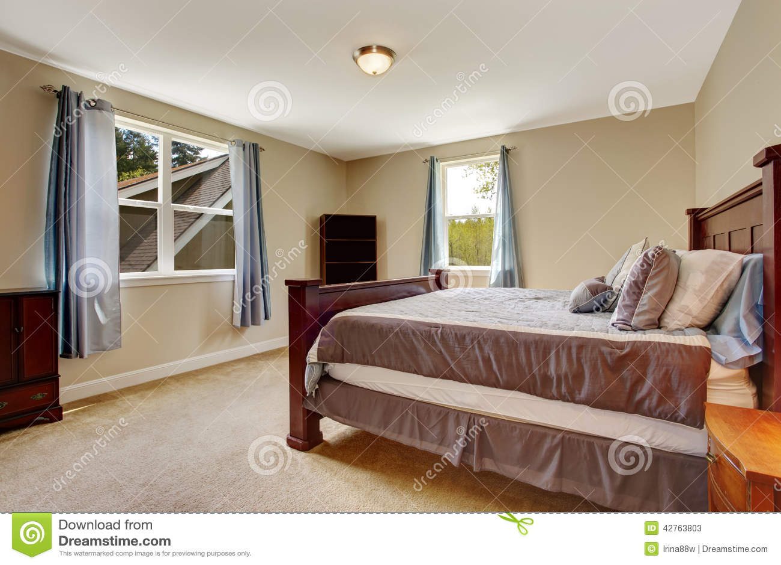 Camera da letto molle dell 39 avorio con il grande pezzo di terra coltivato a borgogna immagine - Camera da letto grande ...