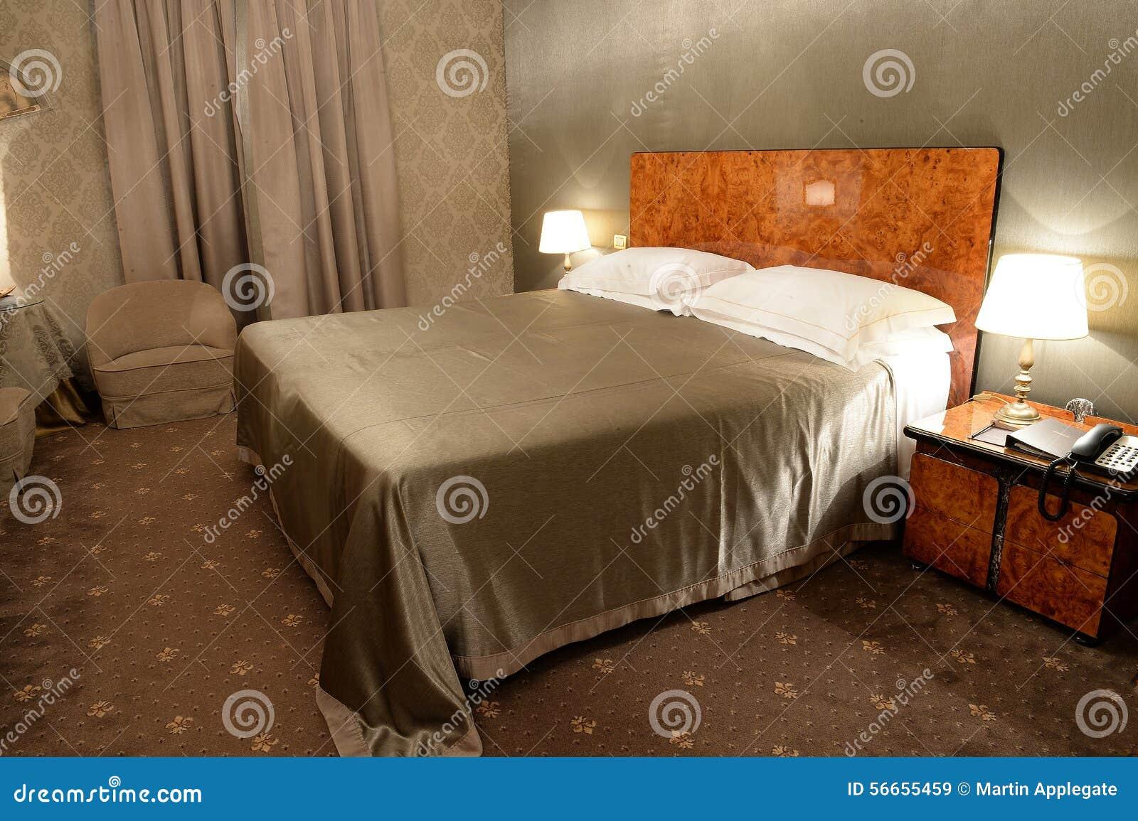 Camera Da Letto Color Champagne : Camera da letto nel colore marrone immagine stock immagine di