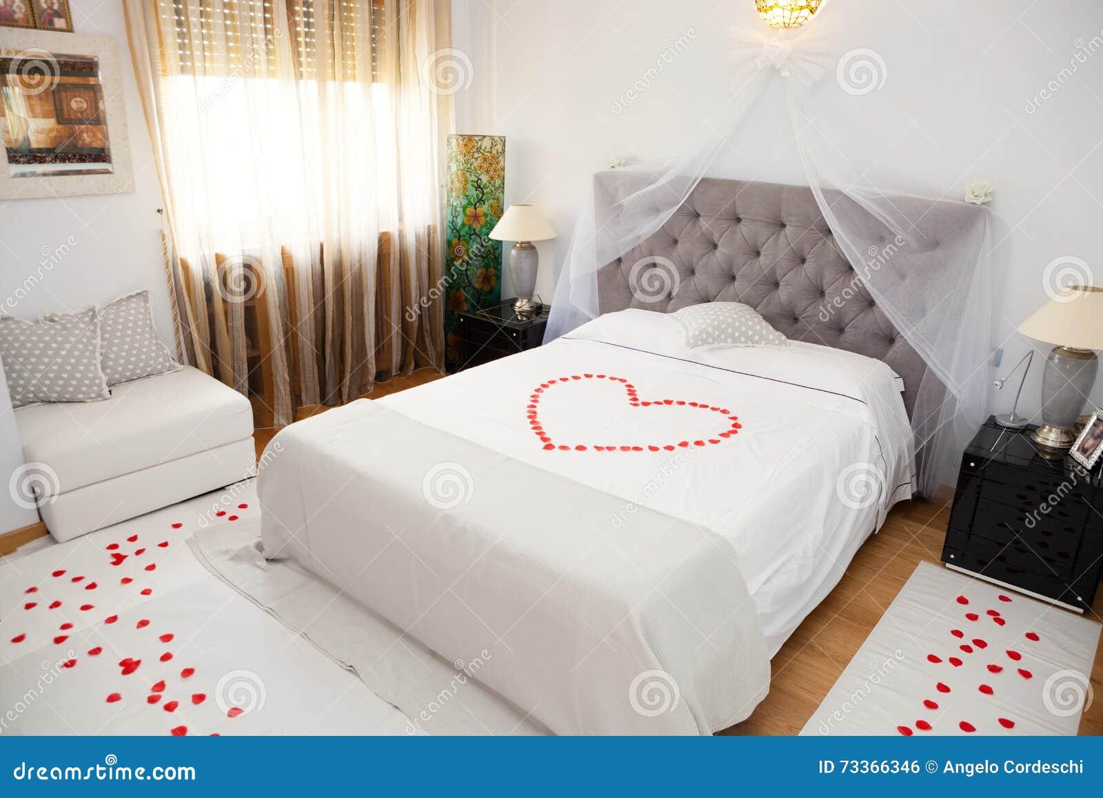 Camere Da Letto Romantiche Con Petali Di Rosa : Camera da letto nuziale fotografia stock. immagine di deluxe 73366346