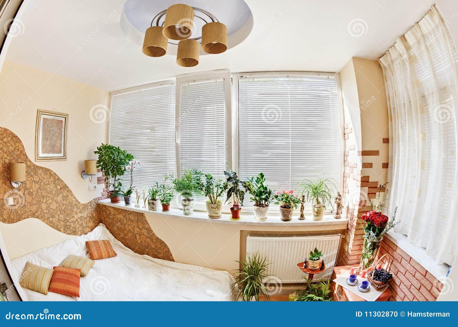 camera da letto piena di sole sul balcone con la finestra e le ... - Piante Da Camera Da Letto