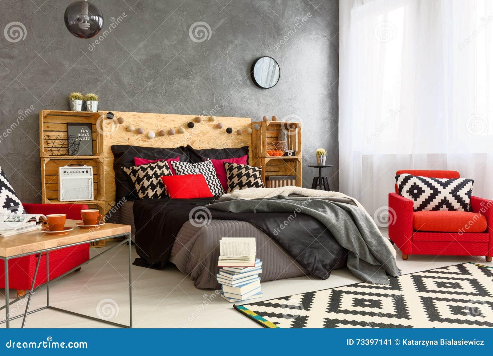 Camera da letto in pieno delle decorazioni immagine stock immagine di interno headboard 73397141 - Decorazioni camera da letto ...