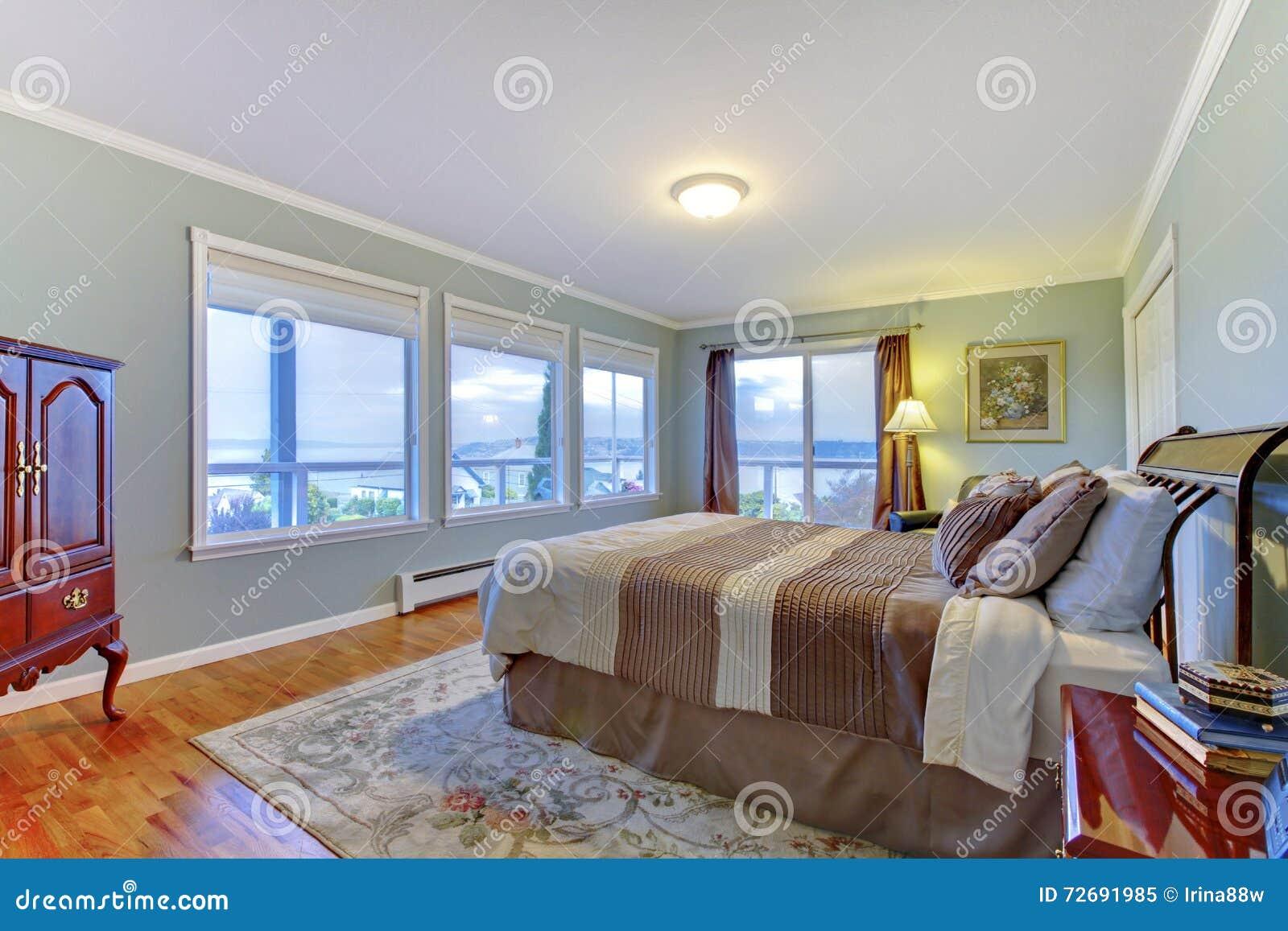 Camera da letto principale domestica di lusso con le pareti blu il grande letto marrone ed il - Pareti blu camera da letto ...