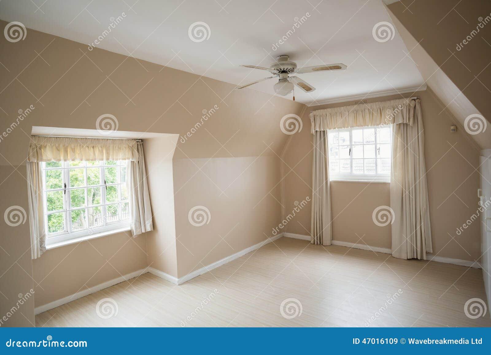 Camera da letto principale vuota in crema e nel beige for Camera da letto principale seminterrato