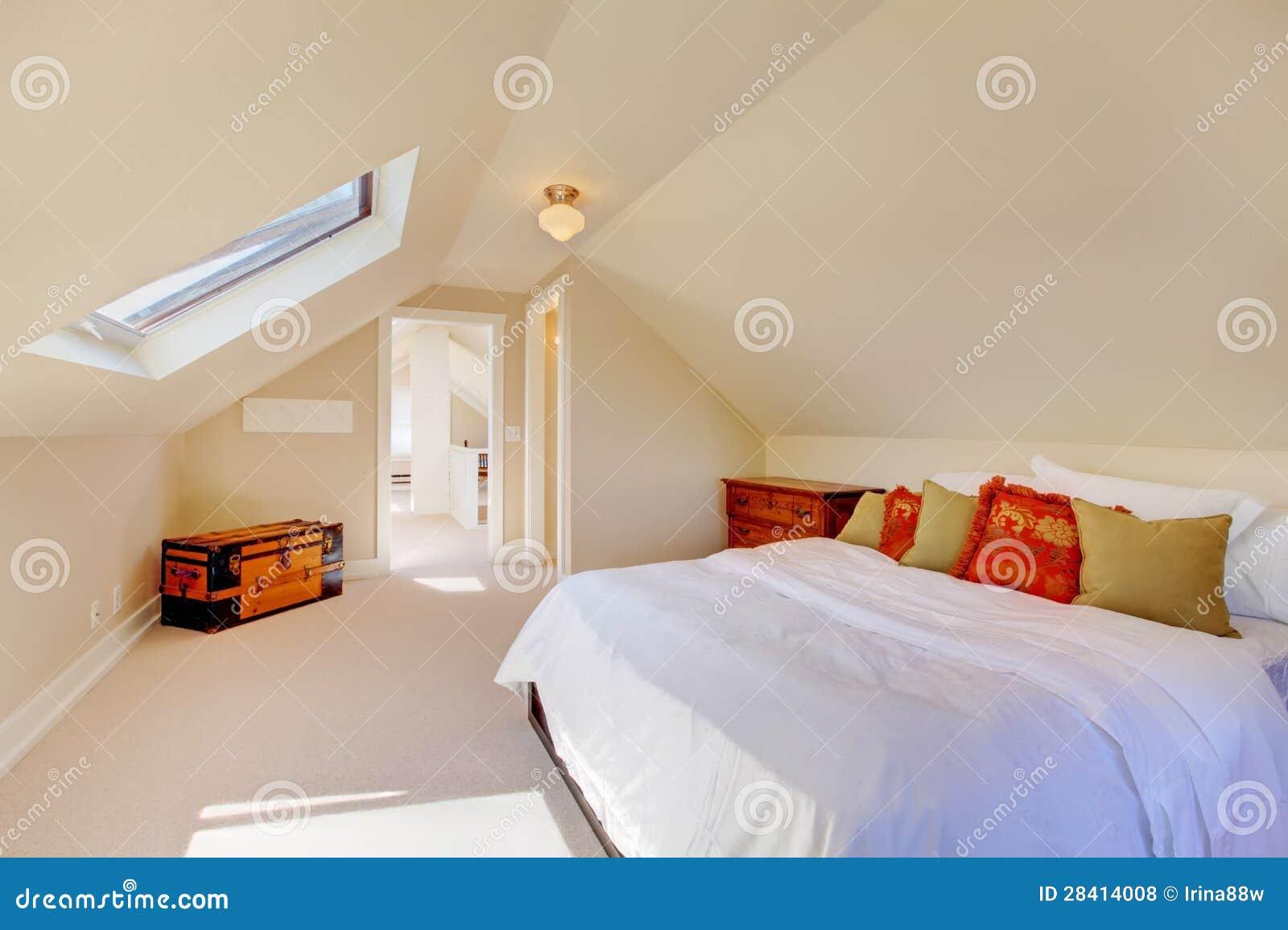 Camera da letto pulita luminosa della soffitta nella - Camera da letto piccola ...