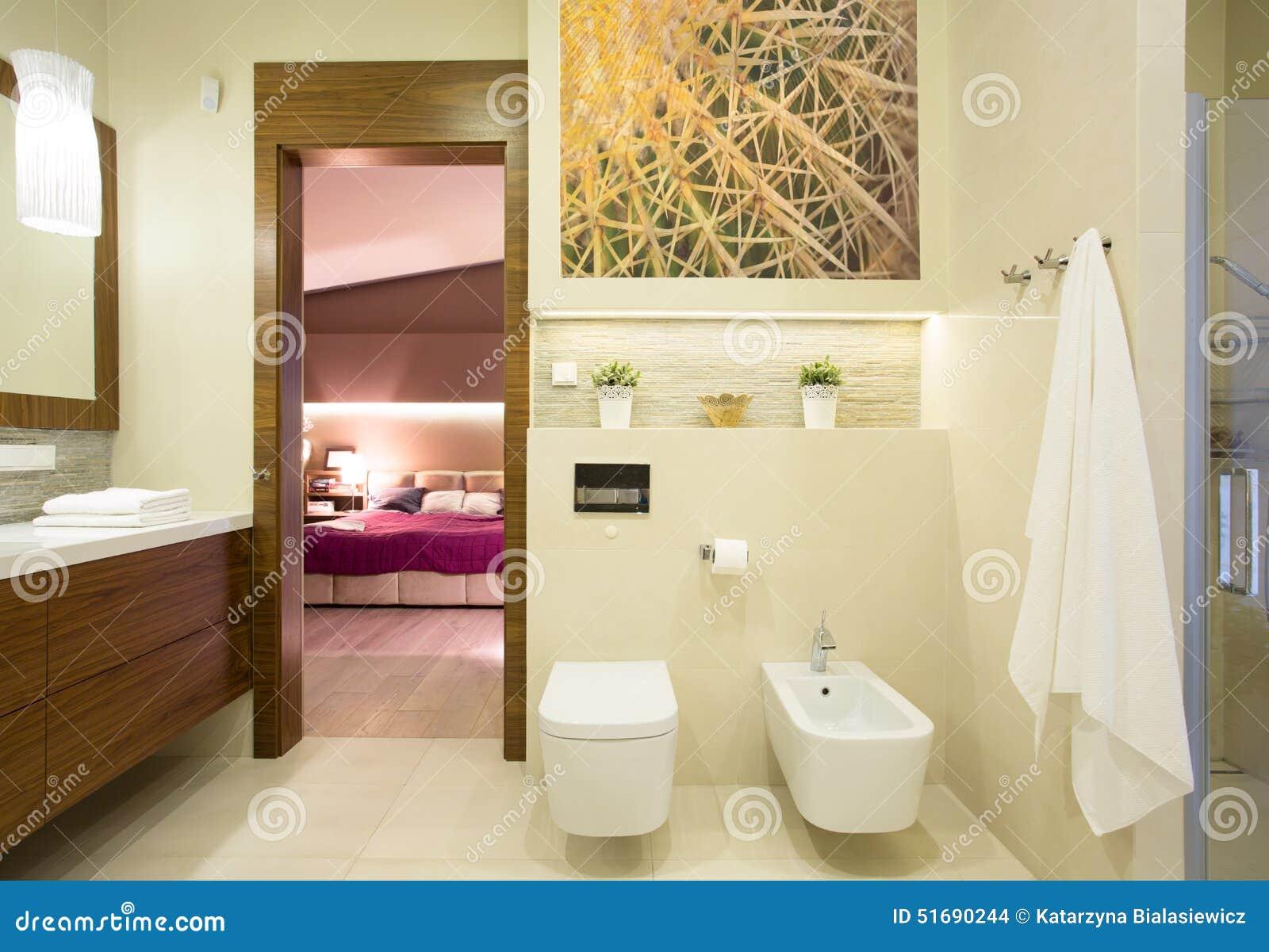 Camera da letto romantica con il bagno privato fotografia stock immagine di domestico lusso - Camera da letto con bagno ...