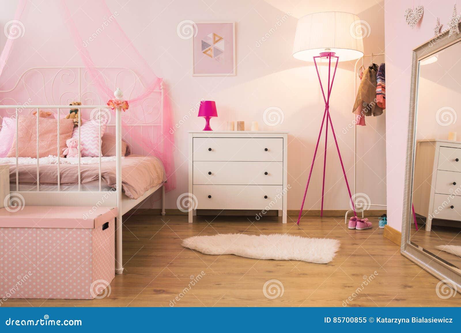 Camera Letto Rosa : Camera da letto rosa del bambino con la lampada immagine stock