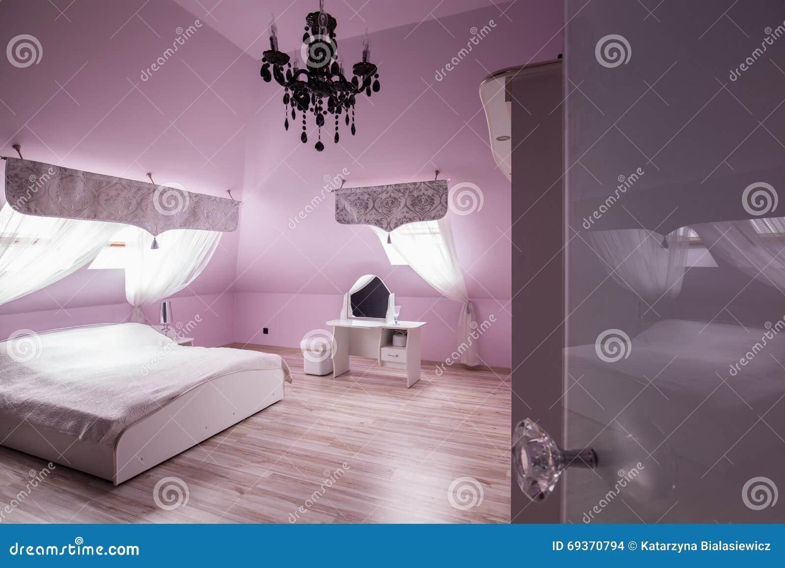 Camera Da Letto Con Pareti Rosa : Camera da letto rosa del diamante fotografia stock immagine di