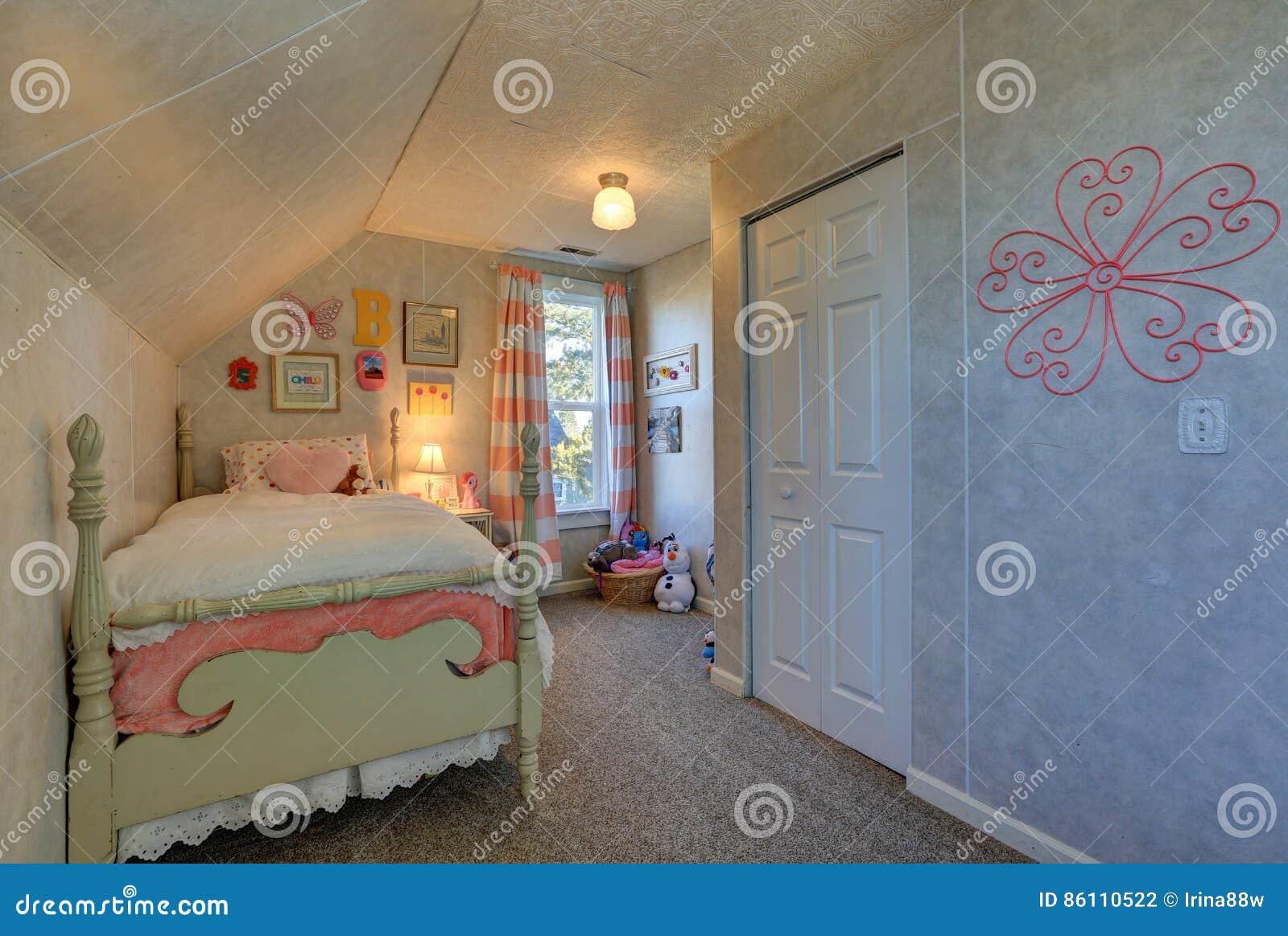 Tende Per Soffitti Inclinati camera da letto rosa e verde della soffitta del ` s della
