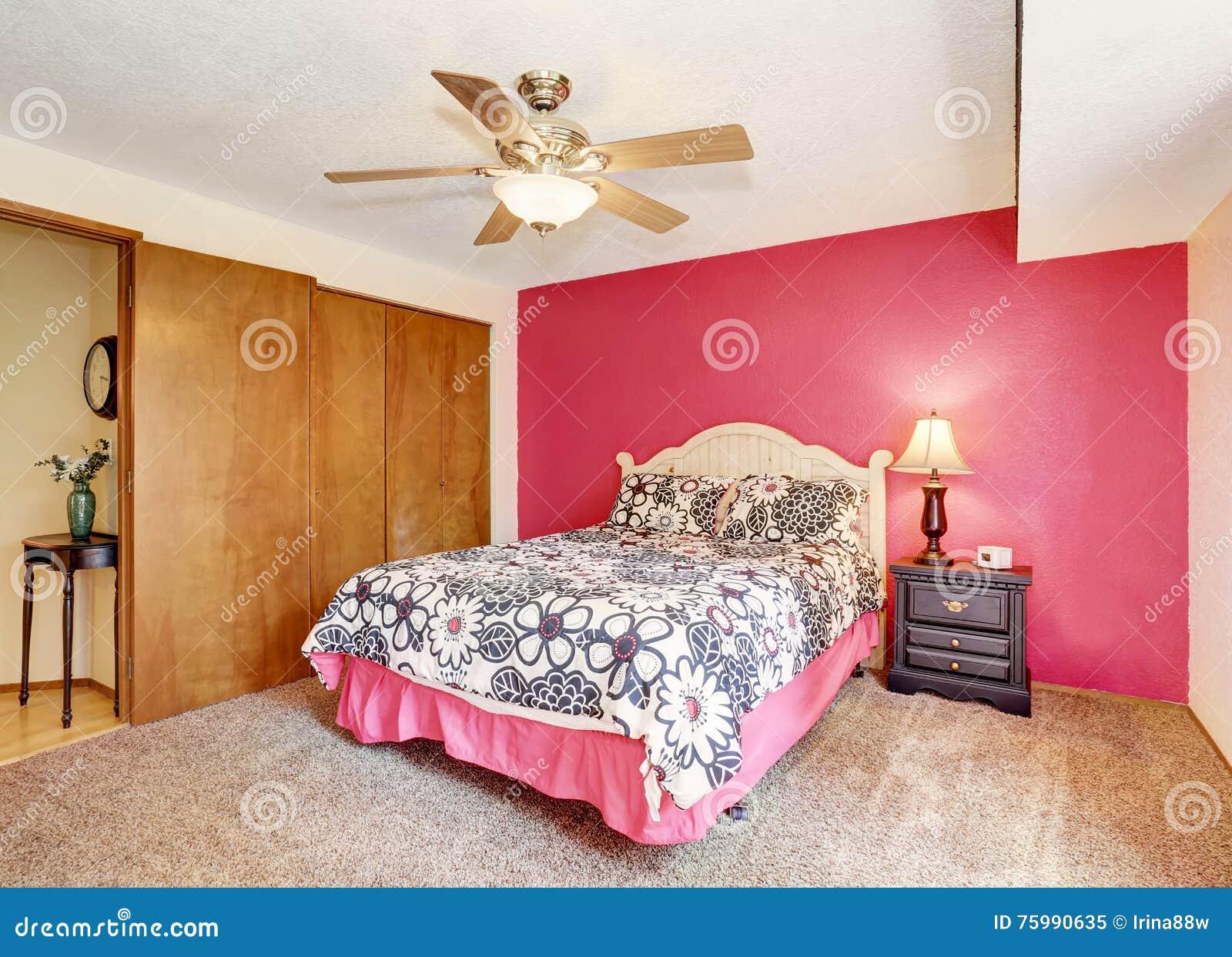 Tappeto Da Salotto Rosa : Camera da letto rosa moderna con il pavimento di tappeto e del