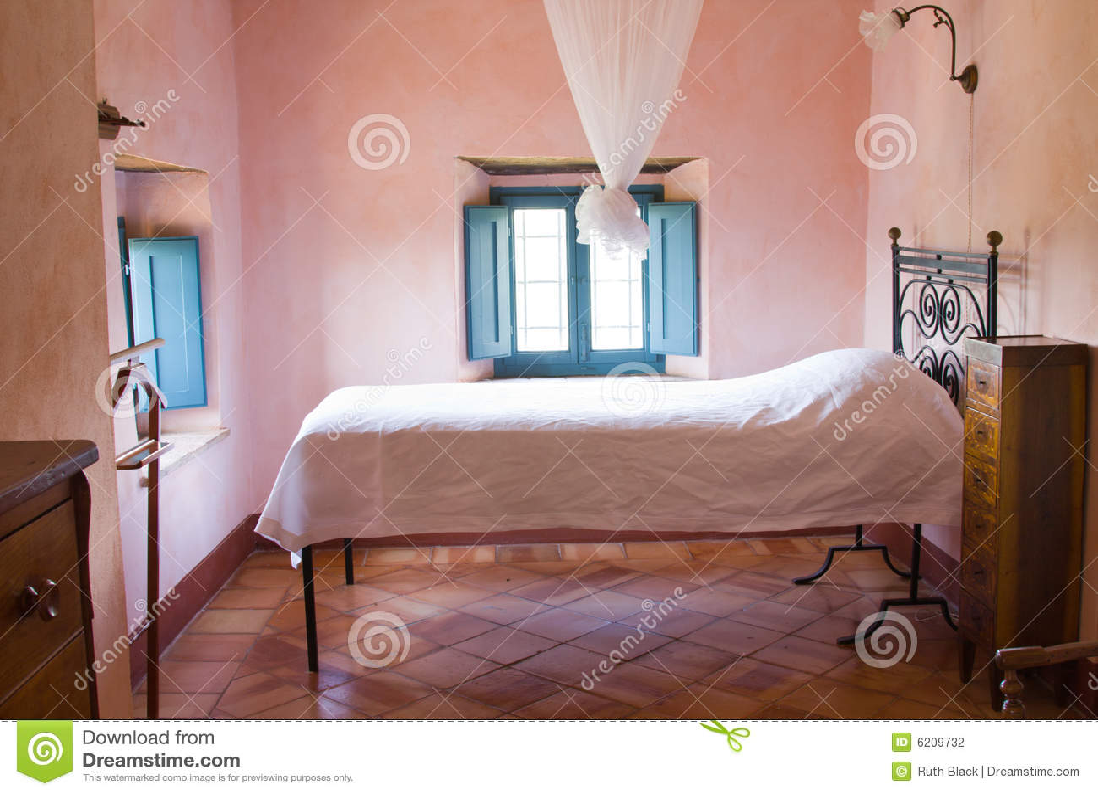 Camera da letto rustica di una casa toscana dellazienda agricola.