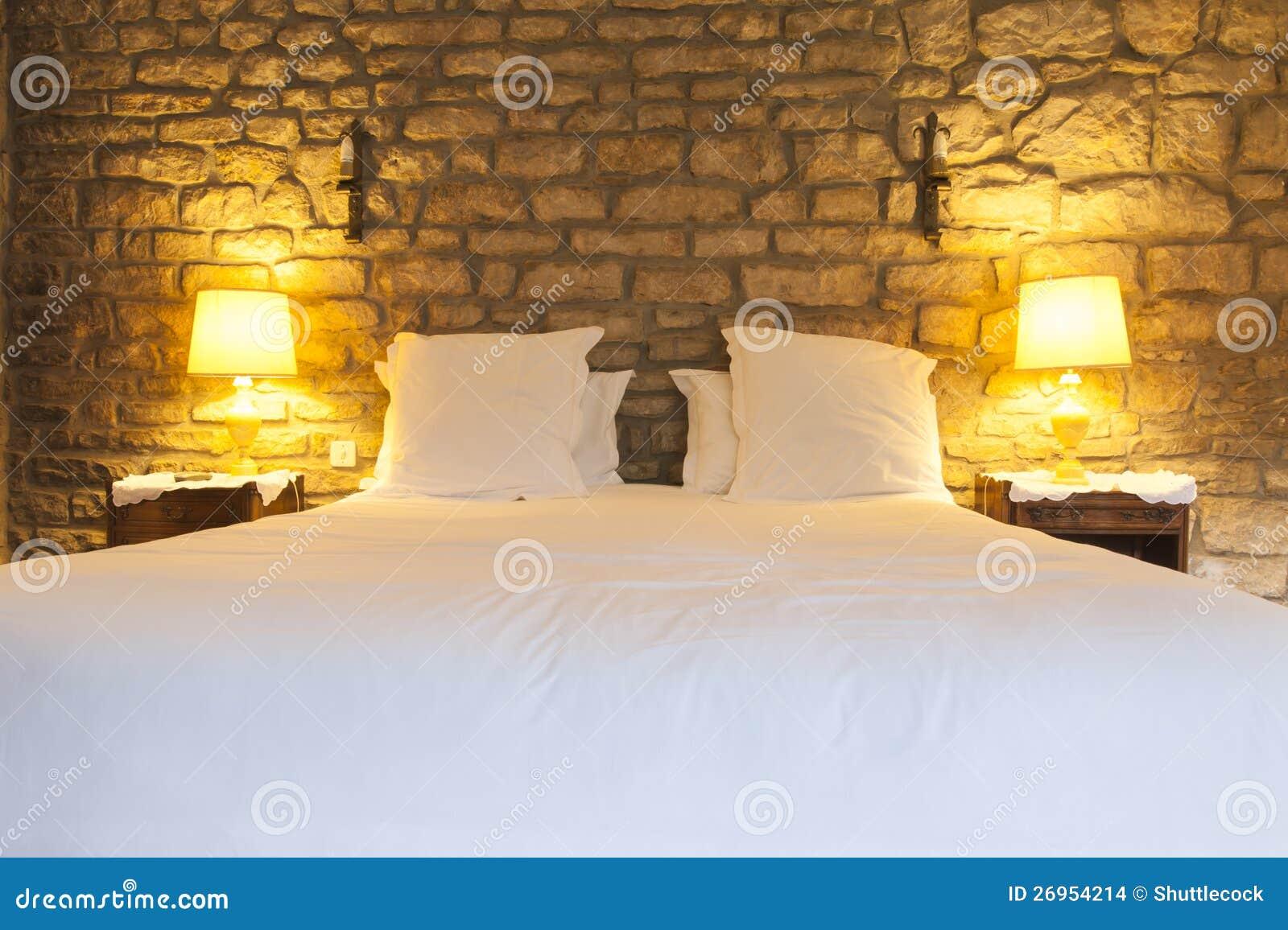 Camera da letto rustica dell 39 hotel fotografia stock for Nuova camera da letto dell inghilterra