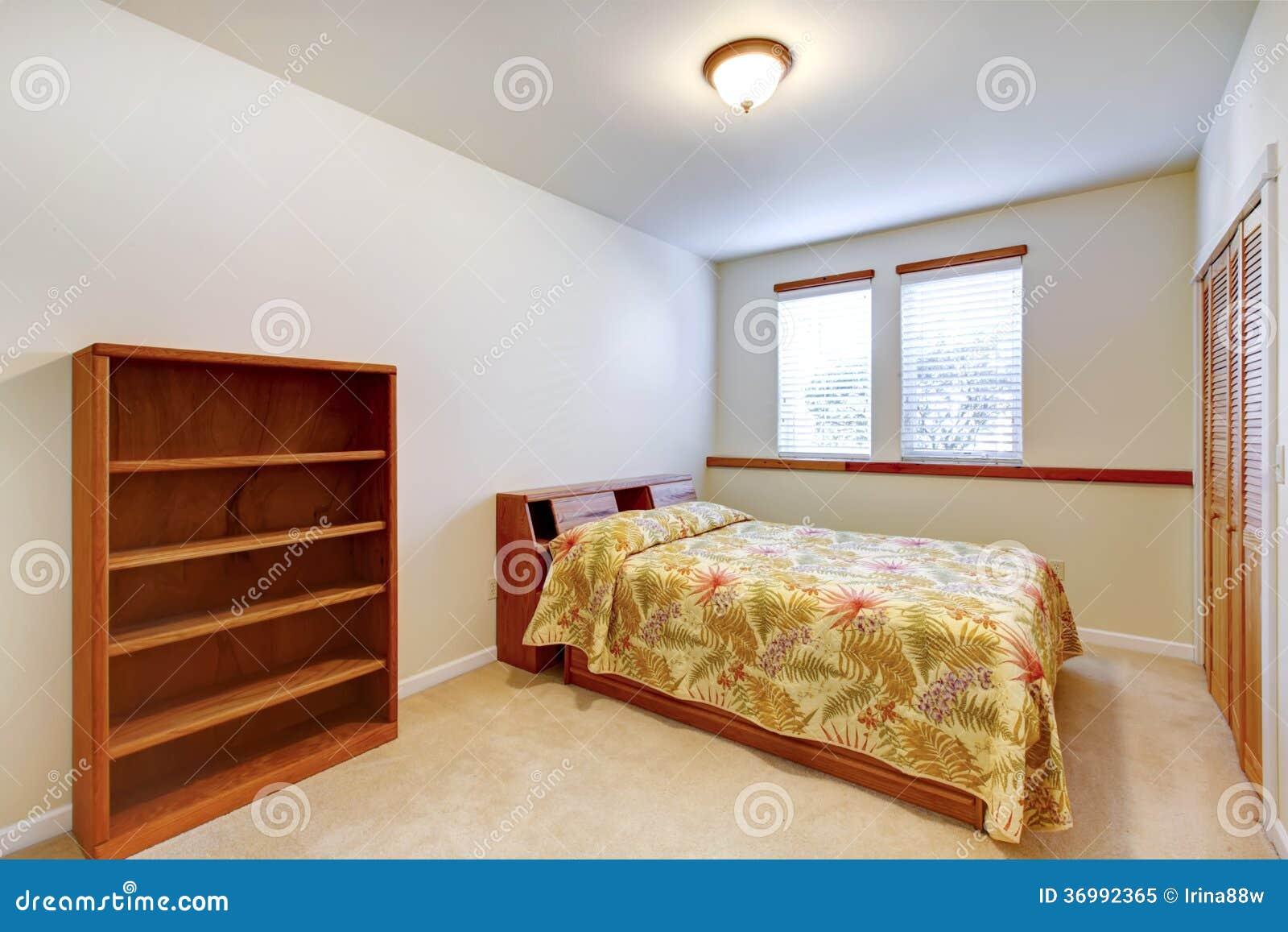 camera da letto semplice calda con mobilia di legno