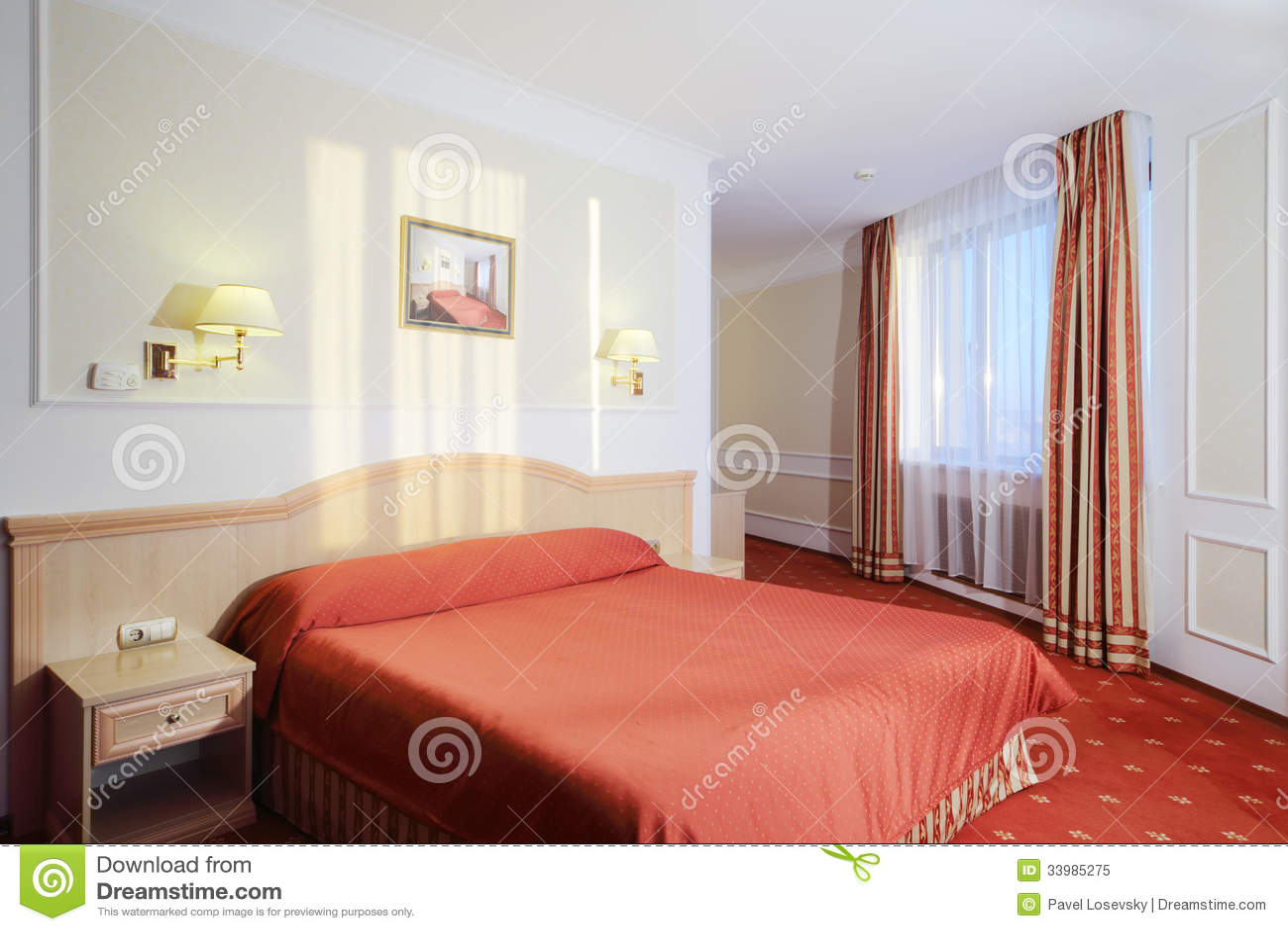 Camera Da Letto Semplice Con Letto Matrimoniale Con Tela Rossa, Tappeto Rosso...