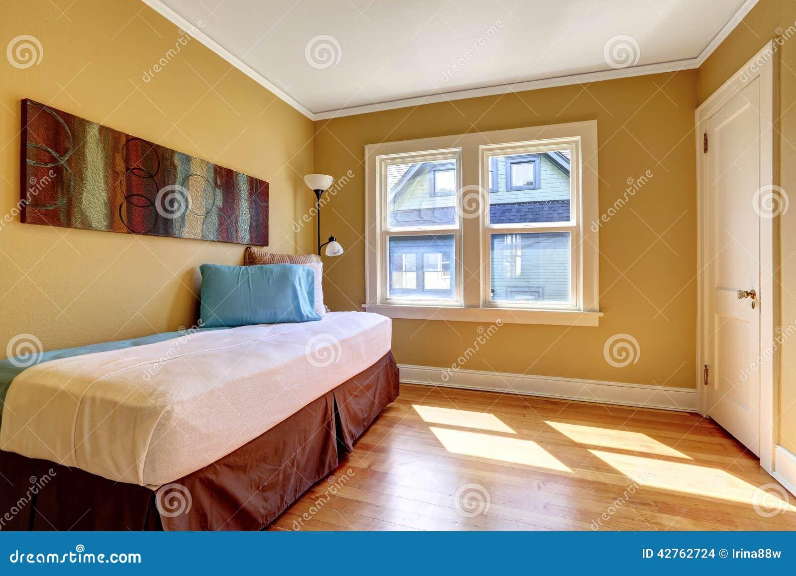 Camera da letto semplice con letto singolo nella lettiera variopinta fotografia stock immagine - Camera letto singolo ...
