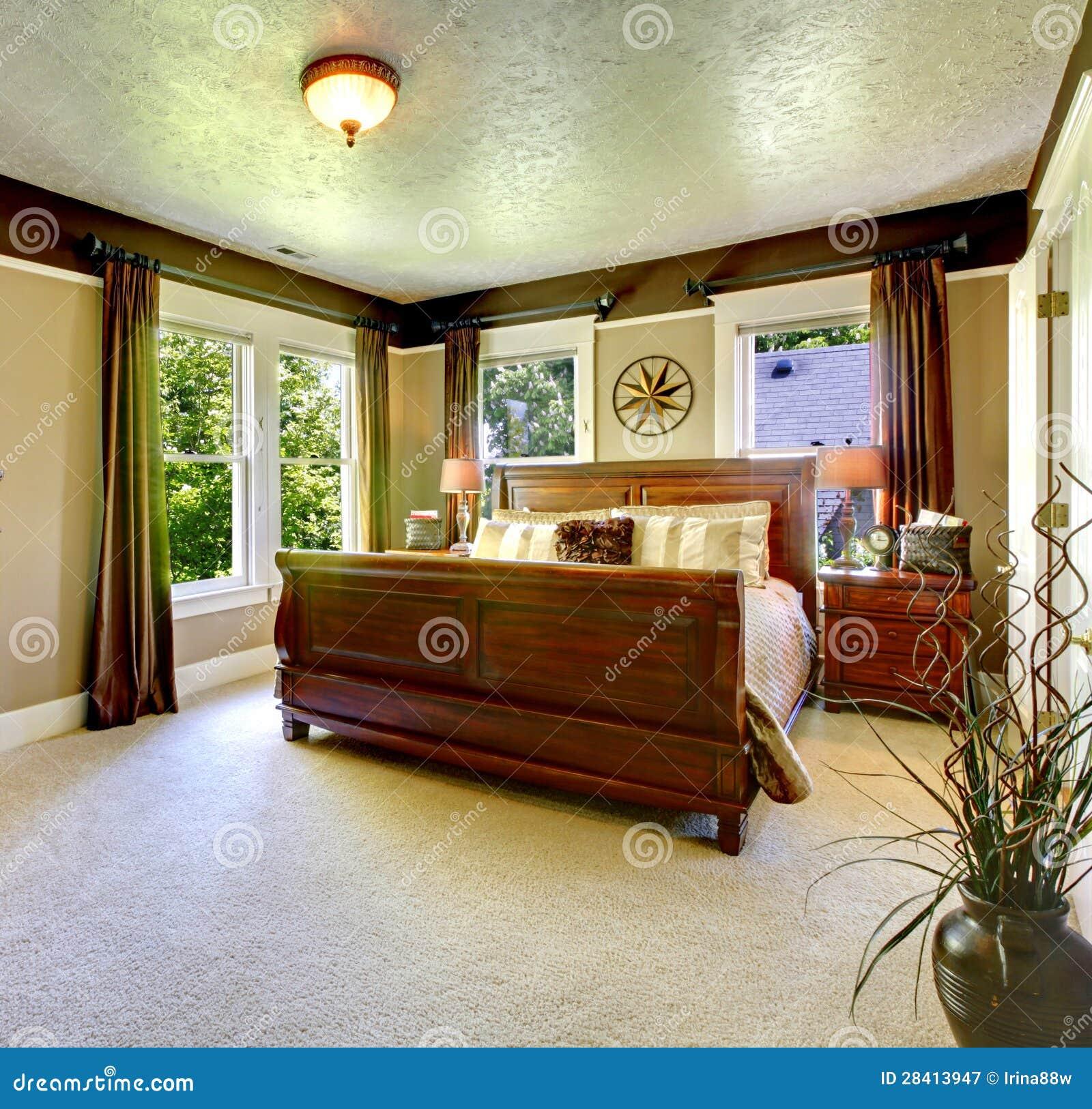Camera da letto verde elegante con il grandi letto e tende immagine stock immagine di casa - Camera da letto marrone ...
