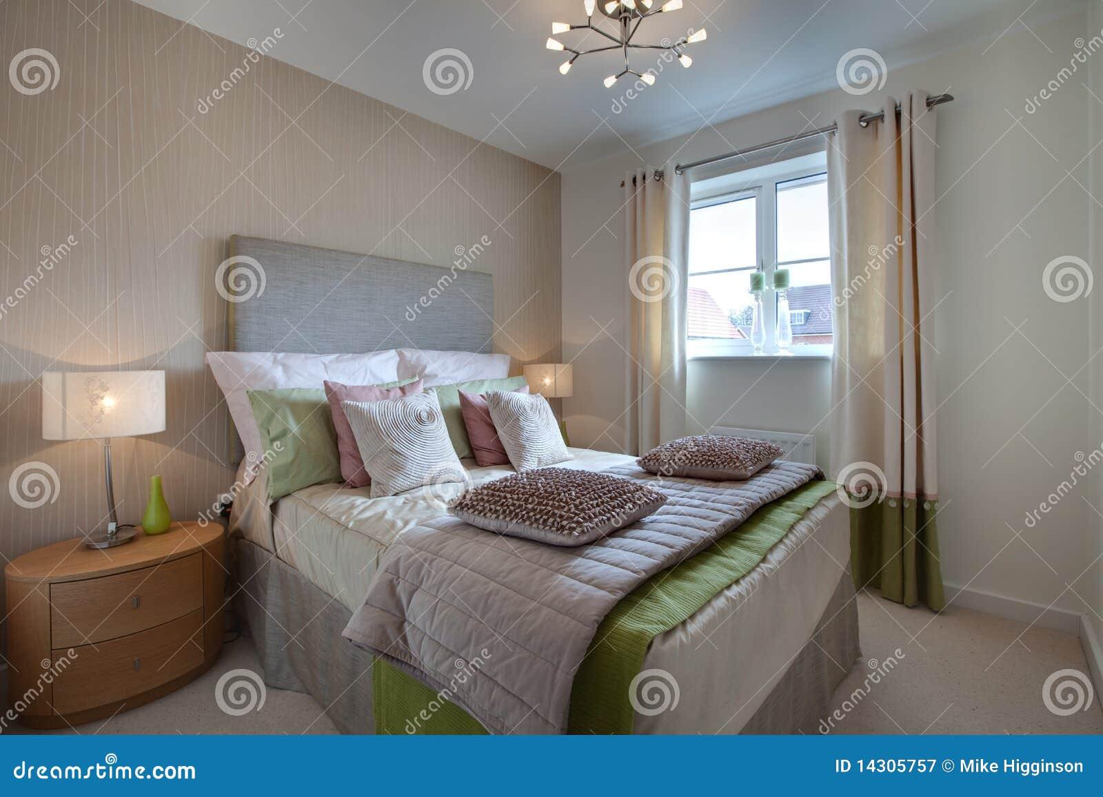 Camera da letto vestita moderna immagine stock immagine di tabella tenda 14305757 - Lumi camera da letto moderna ...