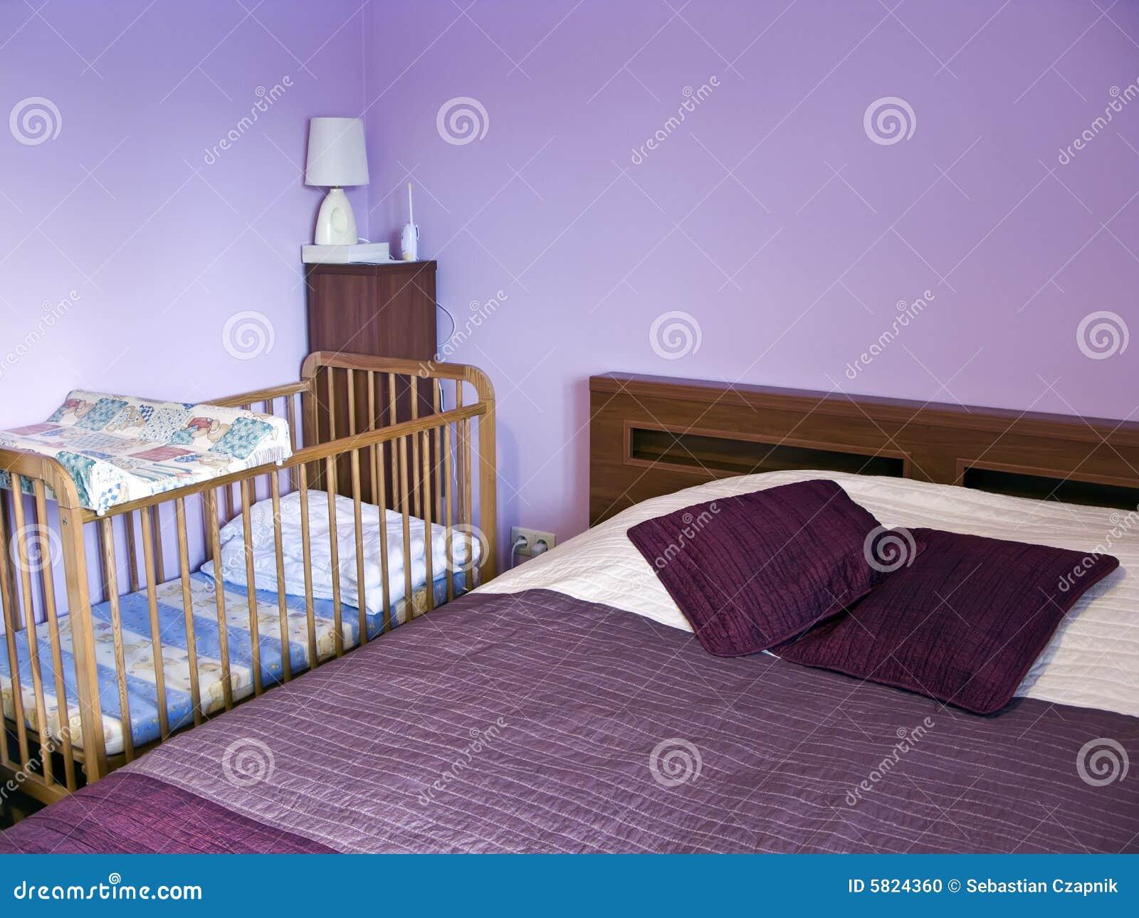 Una camera da letto con le pareti verniciate nella viola, il bedcover ...
