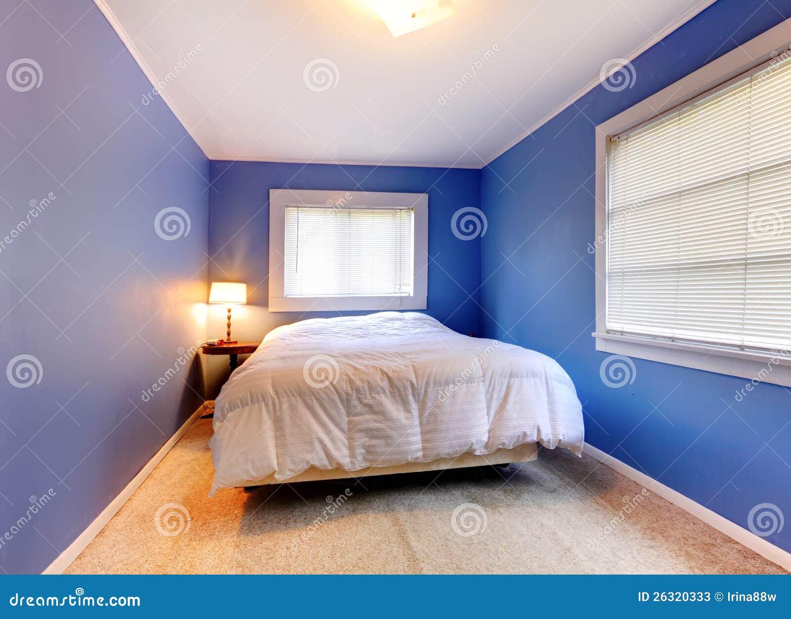Camera Da Letto Viola Blu Con La Coperta Bianca. Immagine Stock - Immagine di luminoso ...