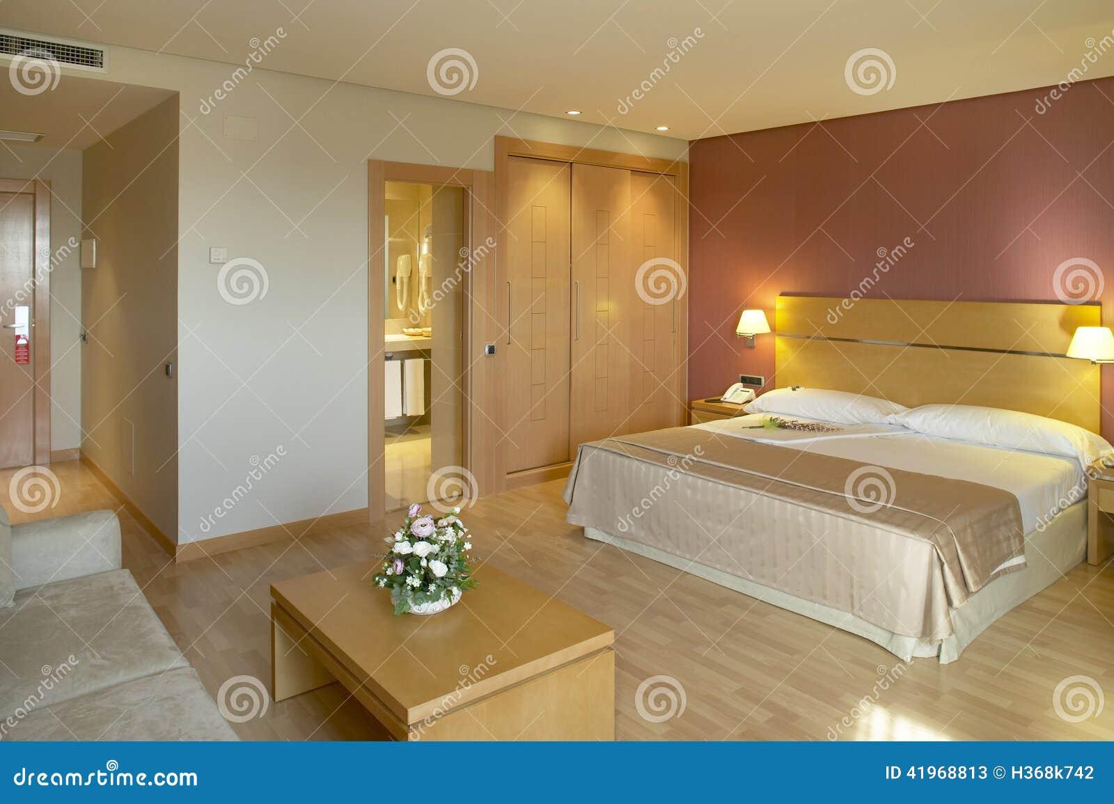 Camera di albergo con il letto ed il bagno immagine stock - Camera con bagno ...