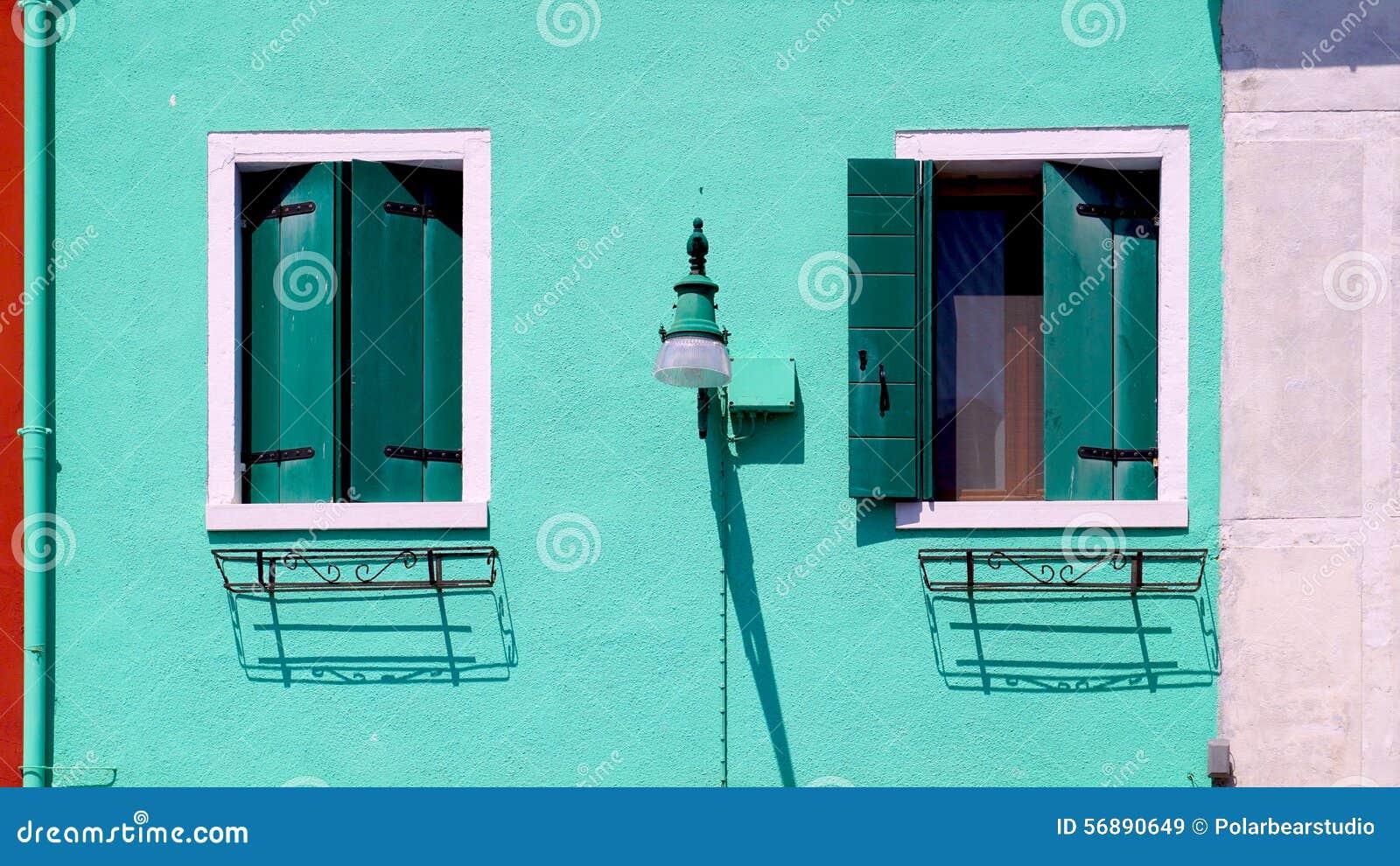 Camera di due Windows in Burano sulla parete verde