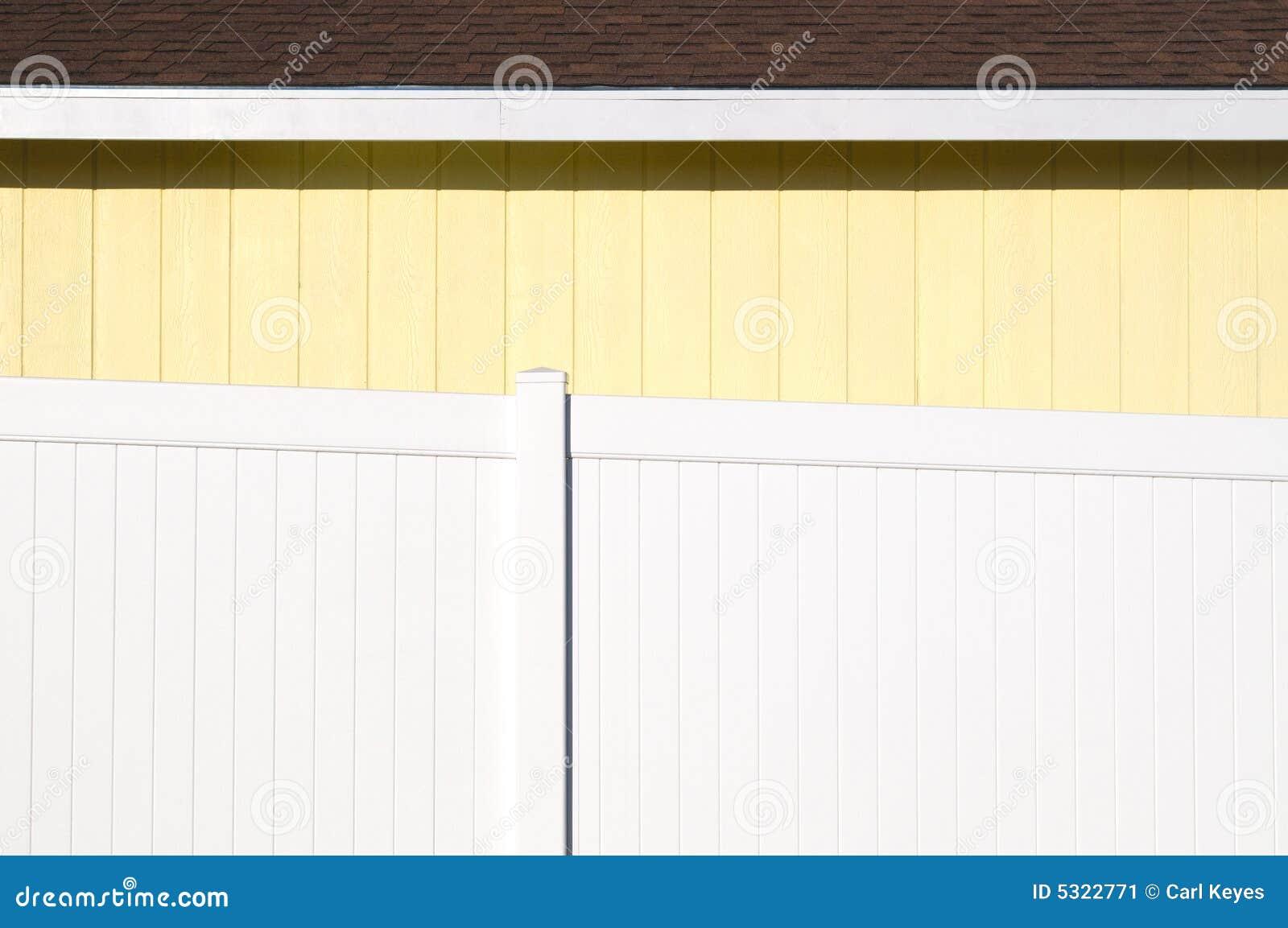 Download Camera Gialla Con La Rete Fissa Bianca Immagine Stock - Immagine di residenziale, recinzione: 5322771