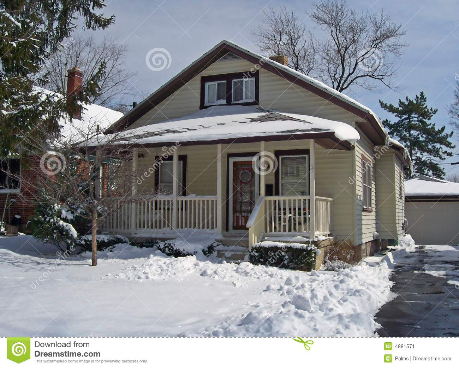 Camera nella neve immagine stock immagine di famiglia for Semplici piani per la casa del merluzzo cape