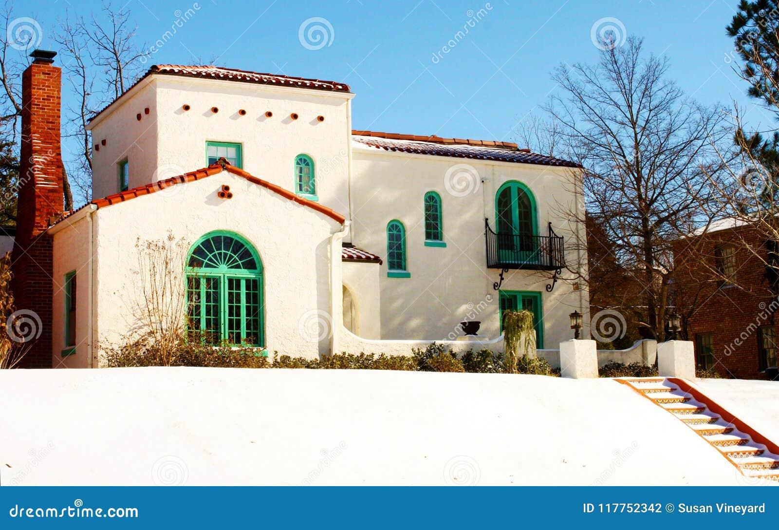 Camera sudoccidentale variopinta sulla collina nella neve con i punti che portano a