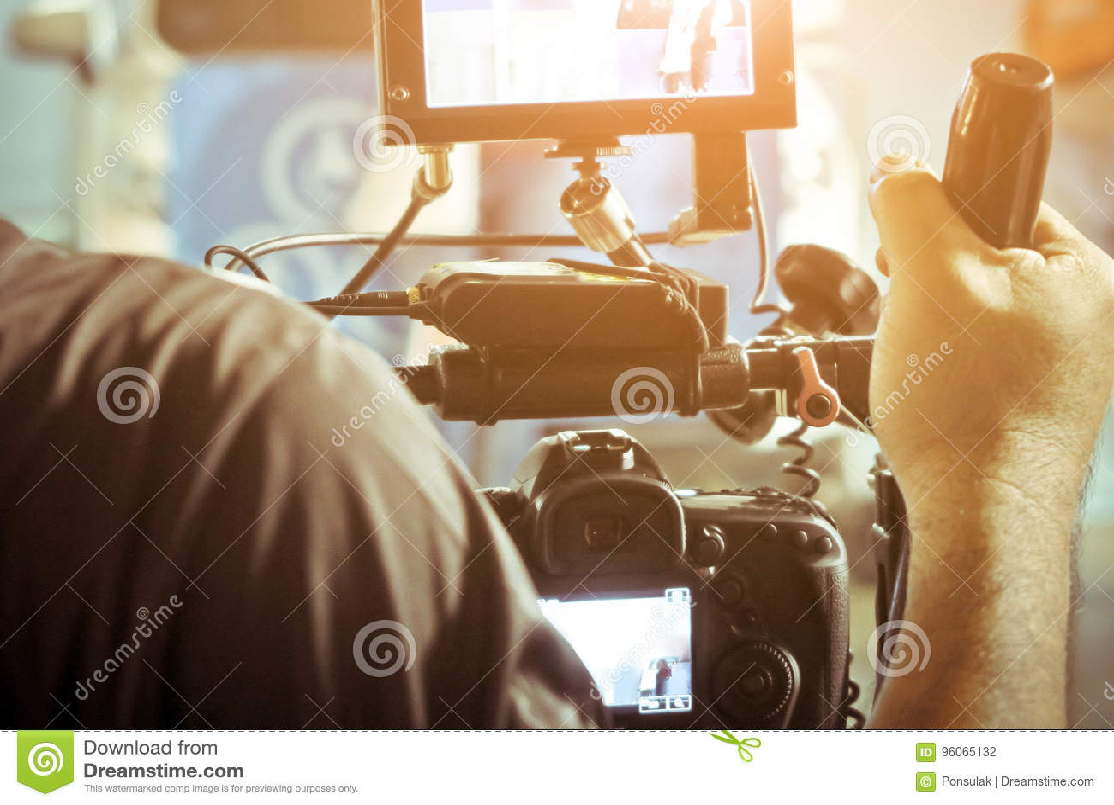 Cameraman con su tiroteo de la cámara de vídeo