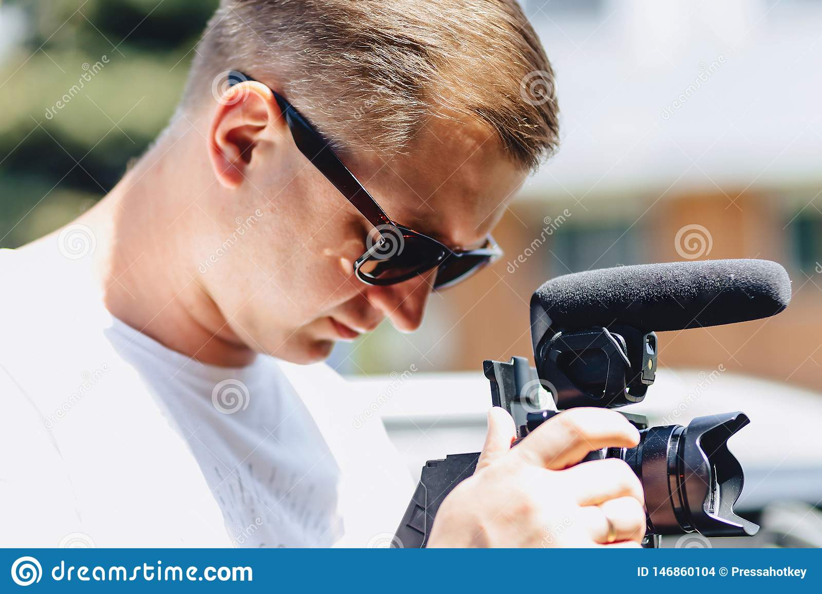 Cameraman met een camera op een mono-peul