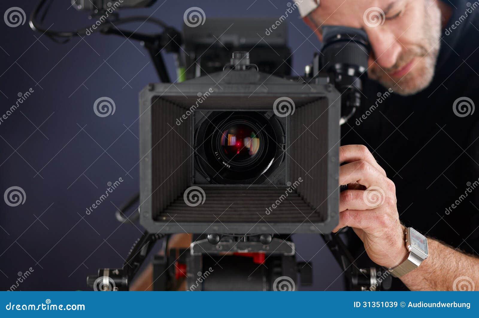 Cameraman travaillant avec un appareil-photo de cinéma