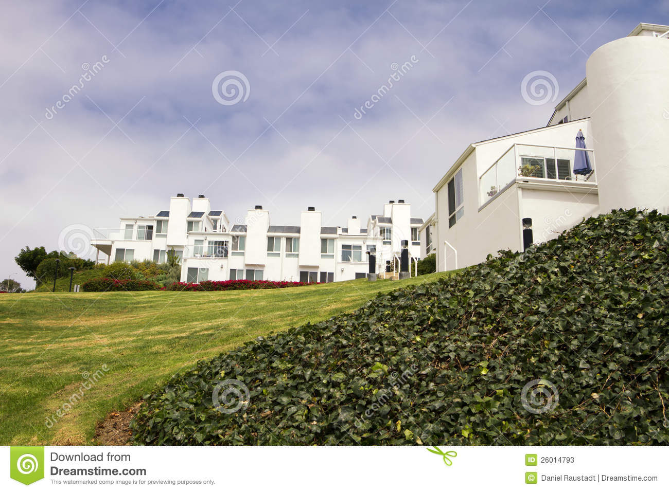 Camere bianche moderne su una collina in california for Case bianche moderne