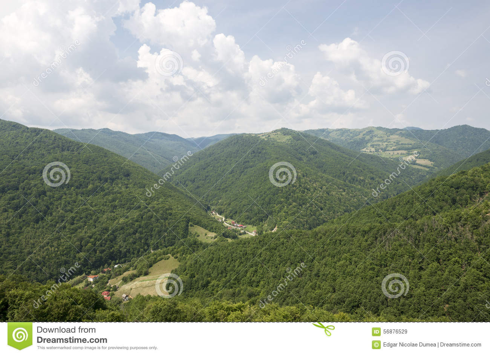 Camere in una valle verde