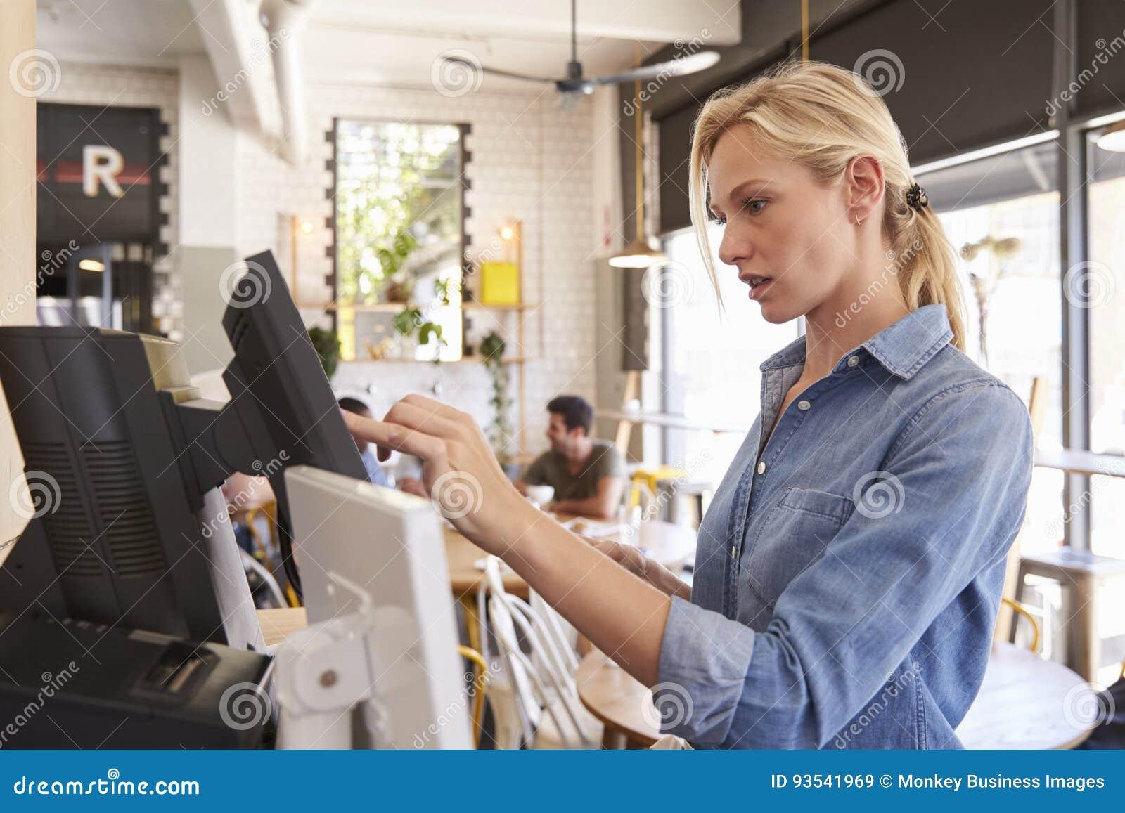 Cameriera di bar At Cash Register in caffetteria