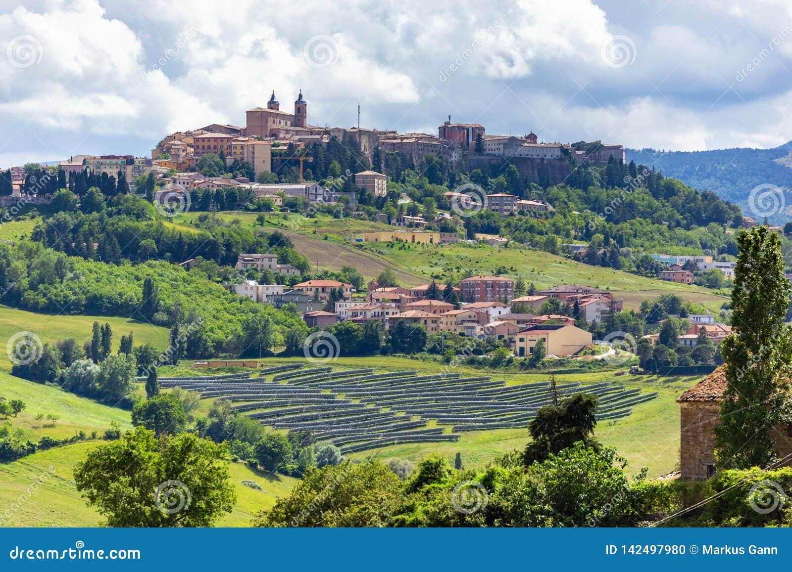 Camerino en Italia Marche sobre campos coloridos