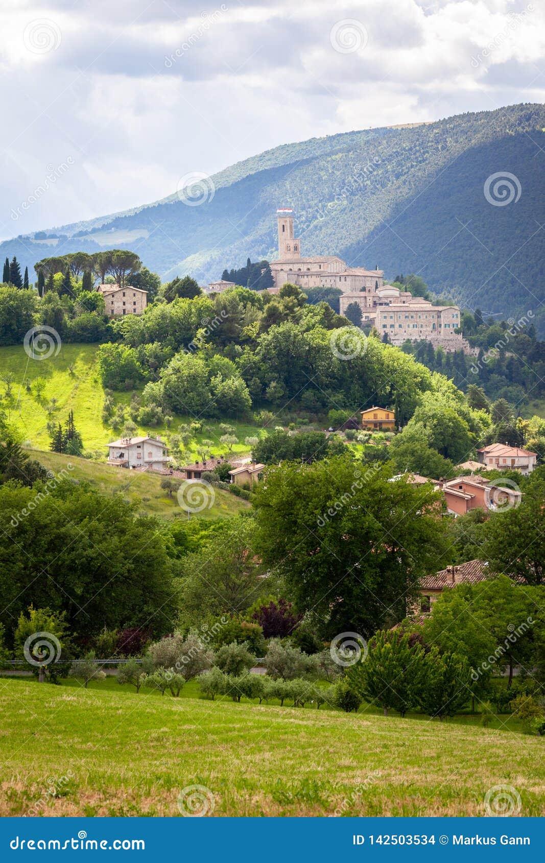 Camerino en Italie Marche au-dessus des champs colorés