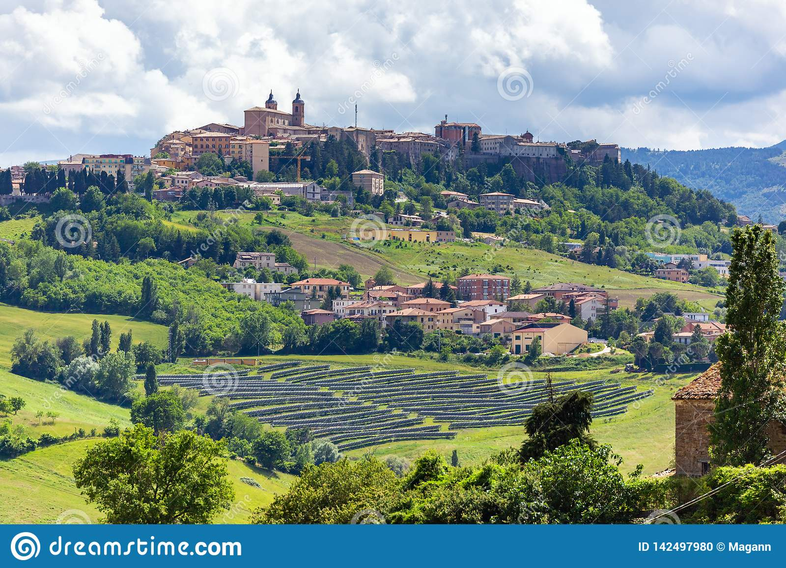 Camerino in Italië Marche over kleurrijke gebieden
