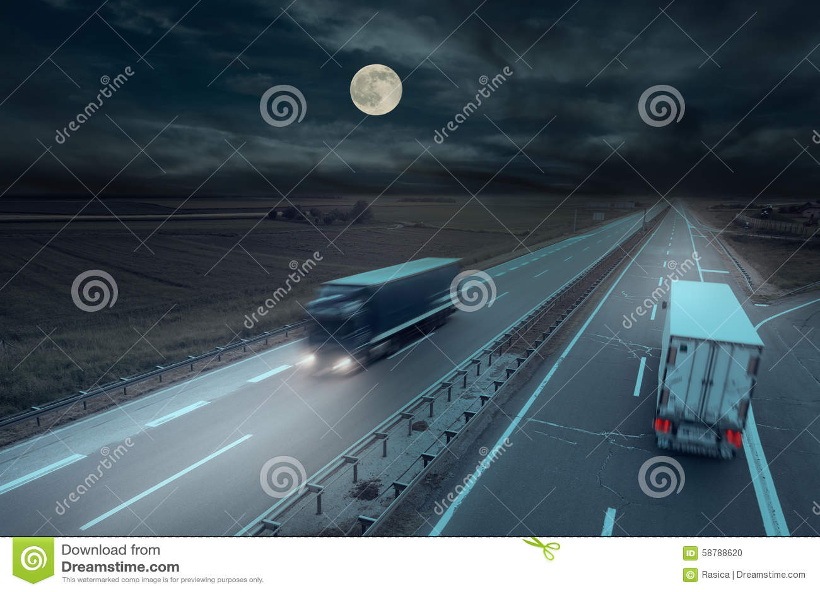 Camión azul y blanco en la falta de definición de movimiento en la medianoche