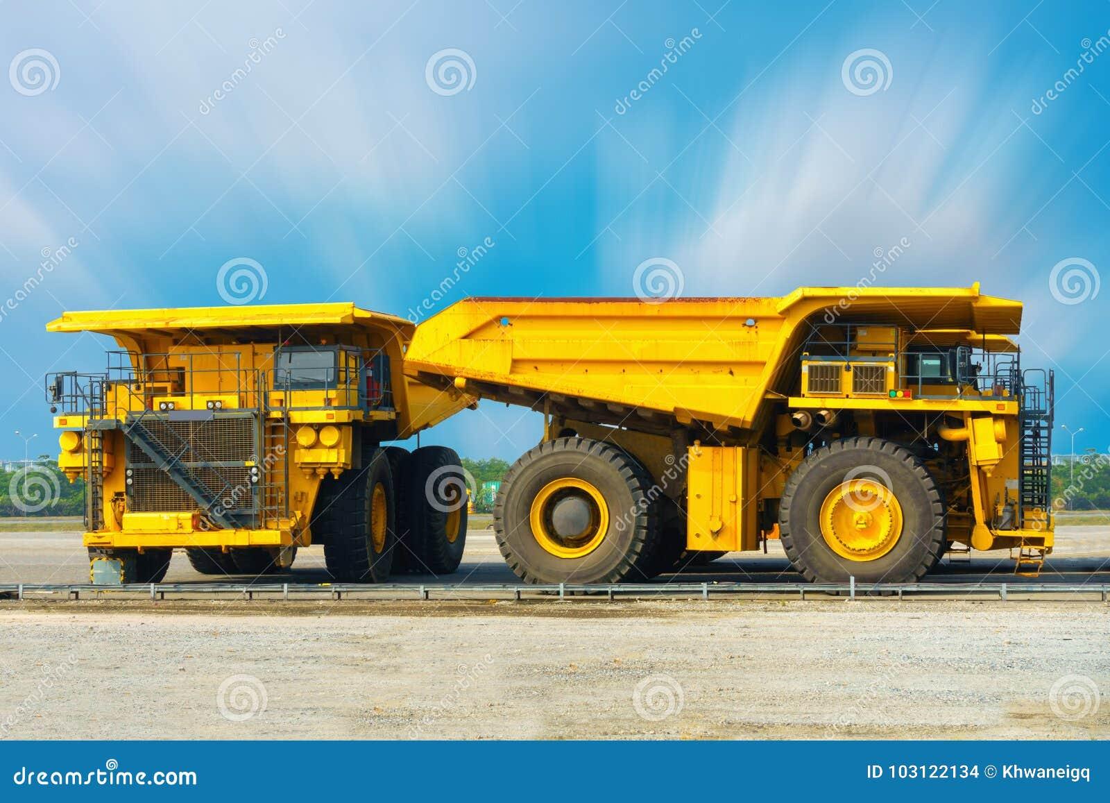 Camión carbonífero en la barra del estacionamiento, camión volquete estupendo, equipm pesado