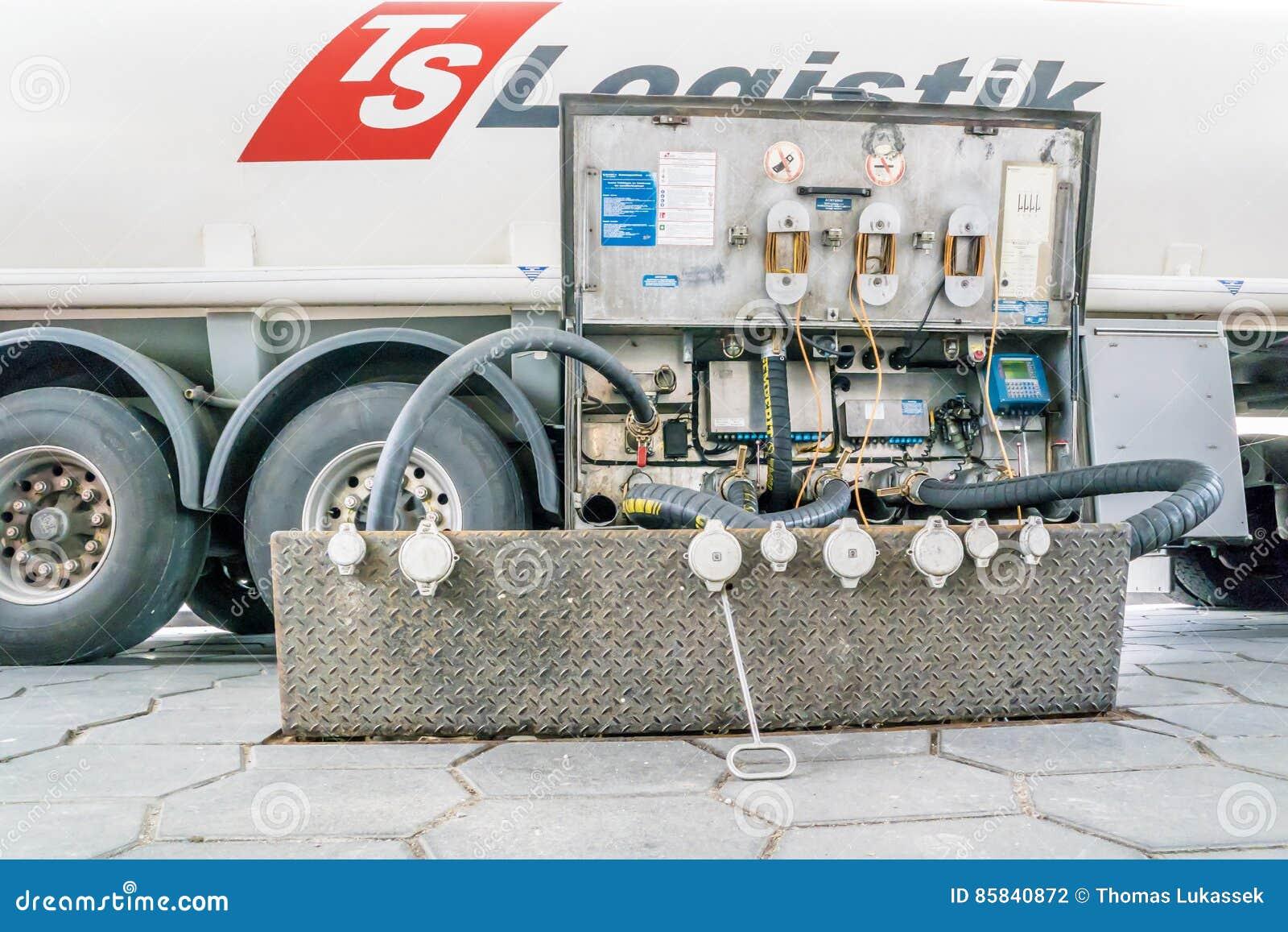 Camión de la logística de los TS que entrega el combustible