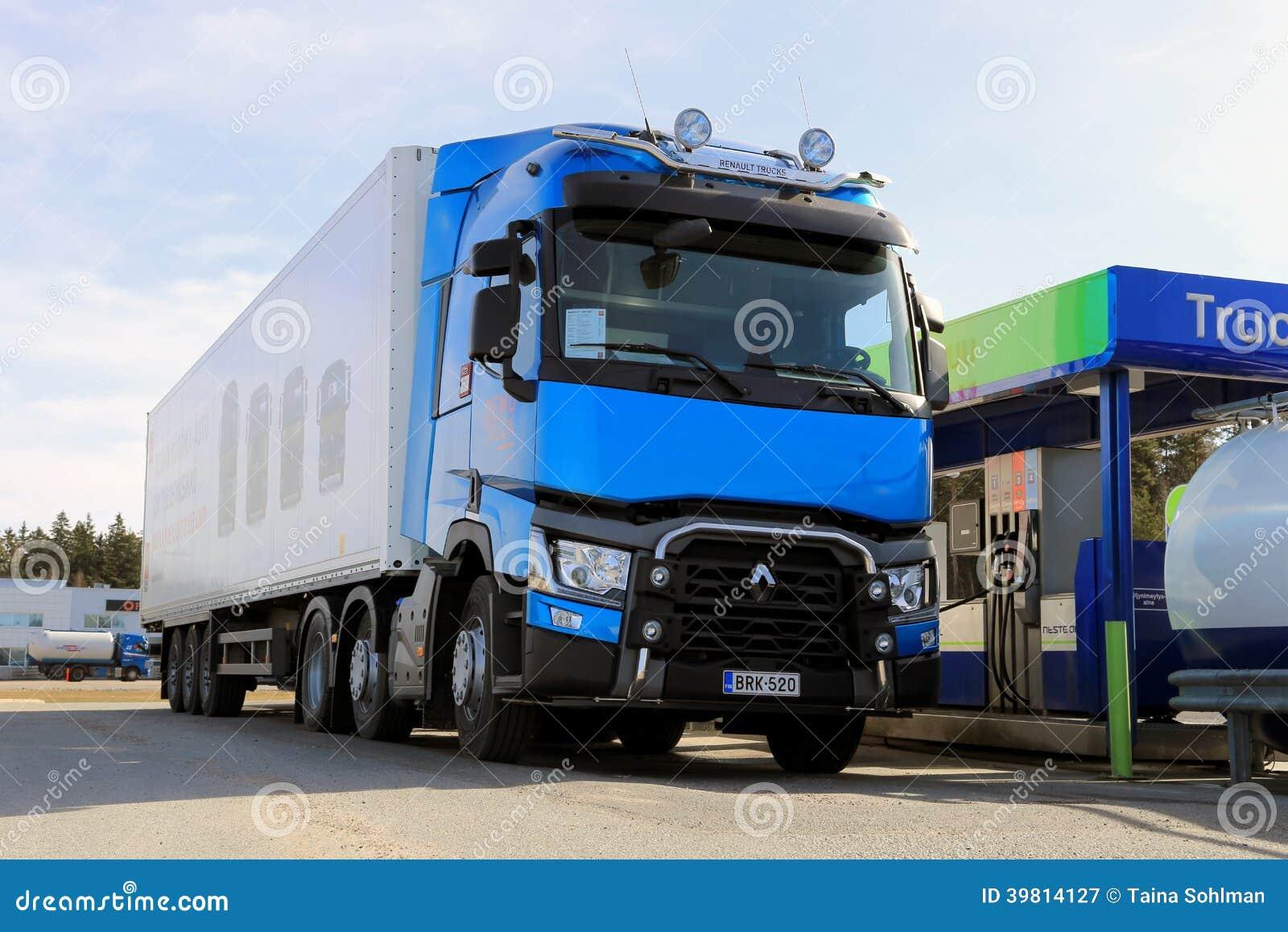 Camión de Renault T460 que es reaprovisionado de combustible