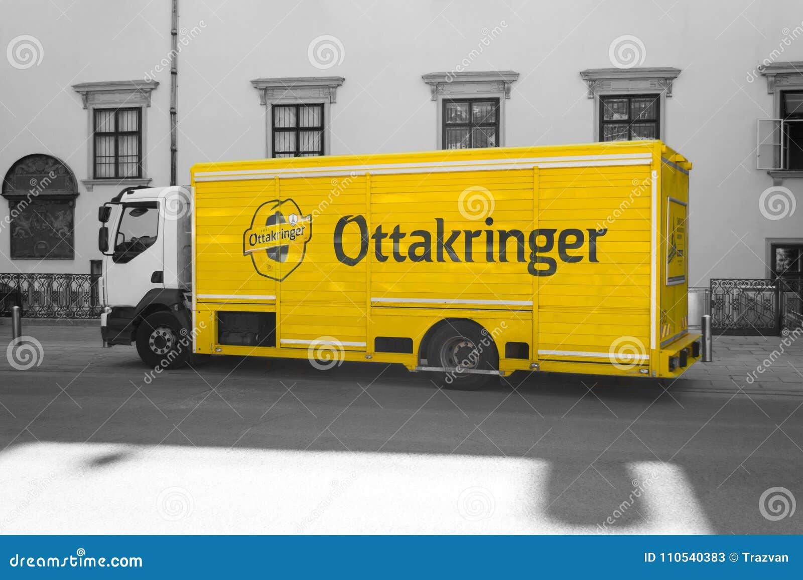 Camión de reparto amarillo de la cerveza de Ottakringer