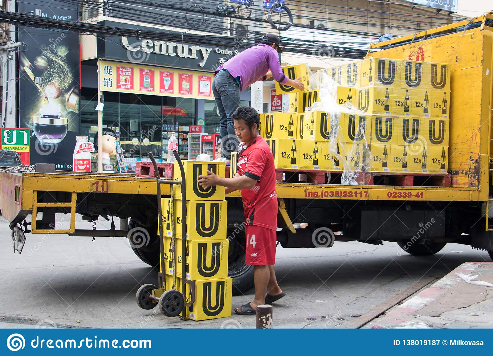 Camión de reparto en la calle, Pattaya de la cerveza