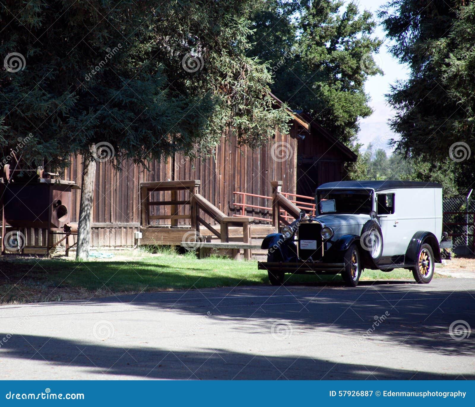 Camión de reparto y granero antiguos