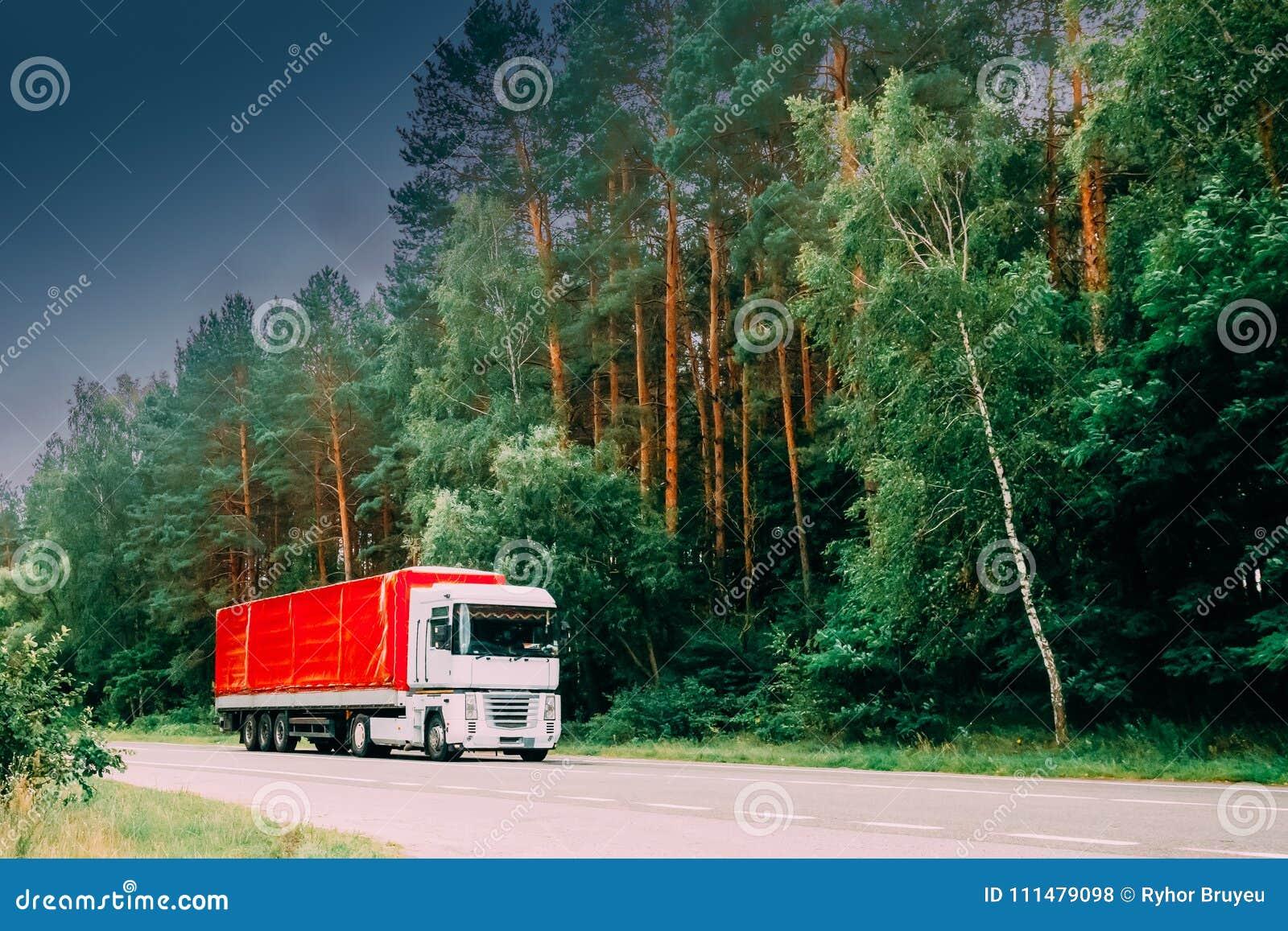 Camión, unidad del tractor, motor, unidad de la tracción en el movimiento en la carretera nacional