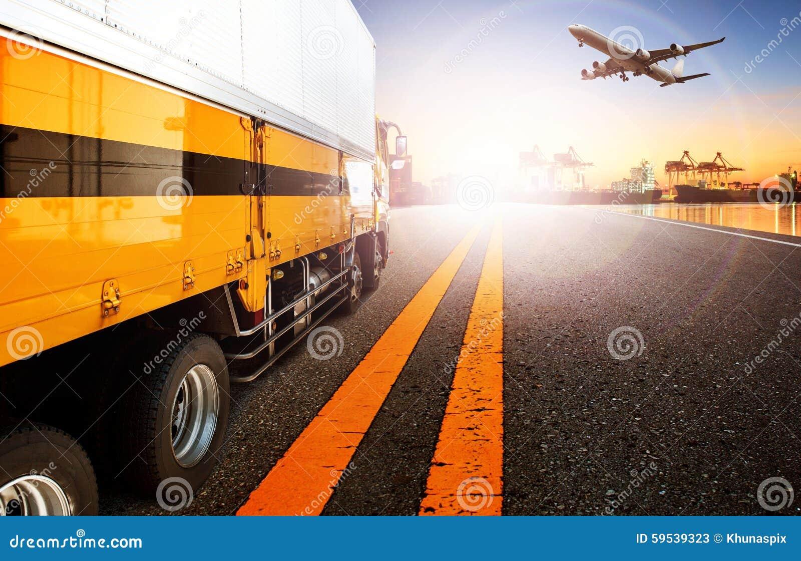 Camión y nave del envase en la importación, puerto del puerto de la exportación con el cargo