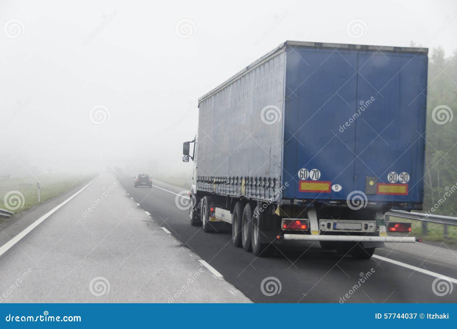 Camión y niebla