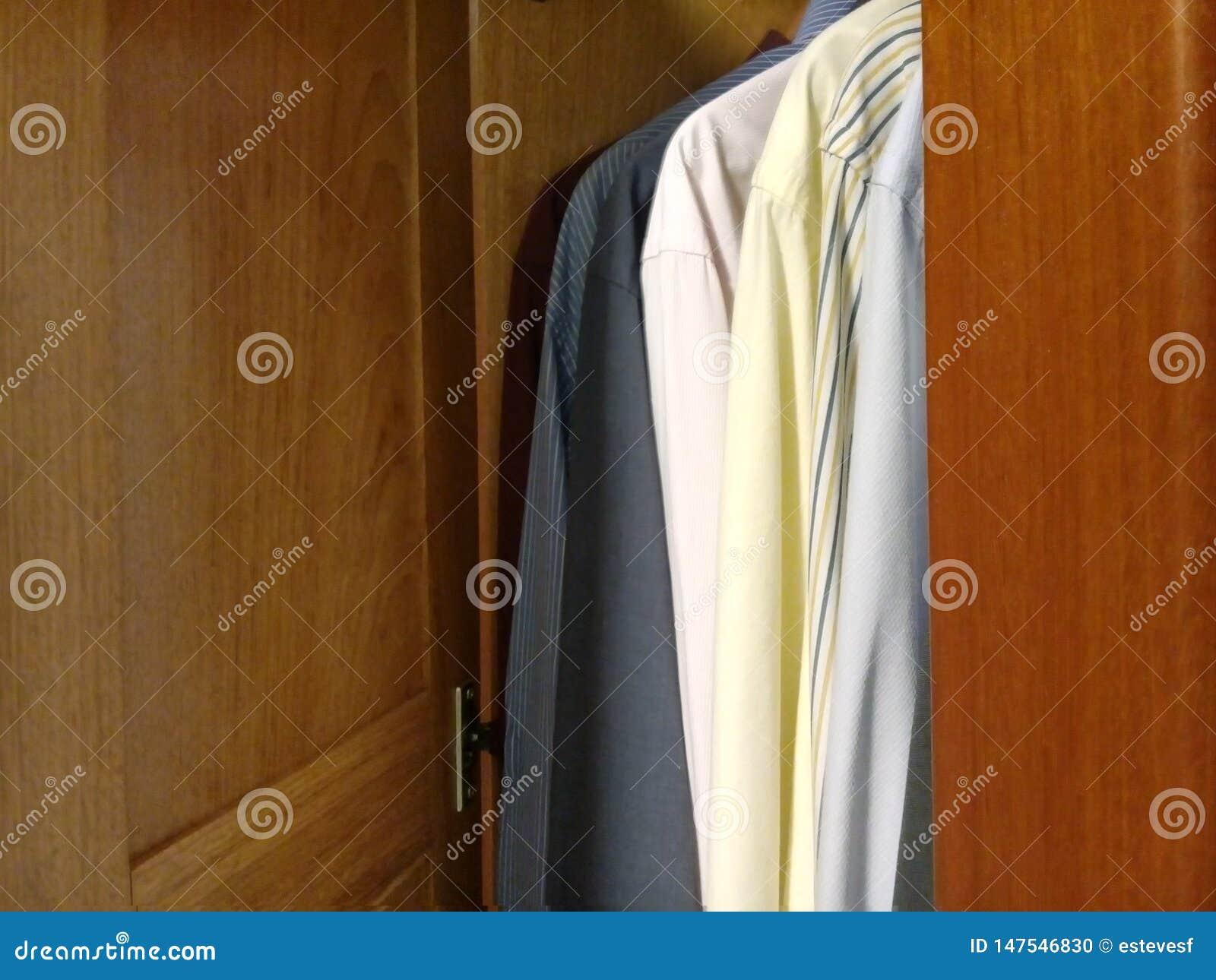 Camice nel gabinetto - gabinetto della porta
